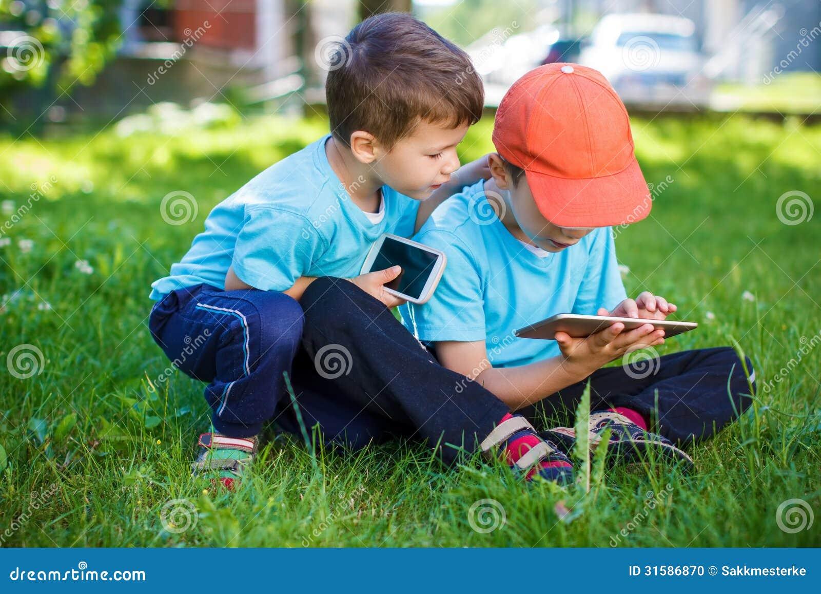 Petits garçons jouant sur les outils sans fil