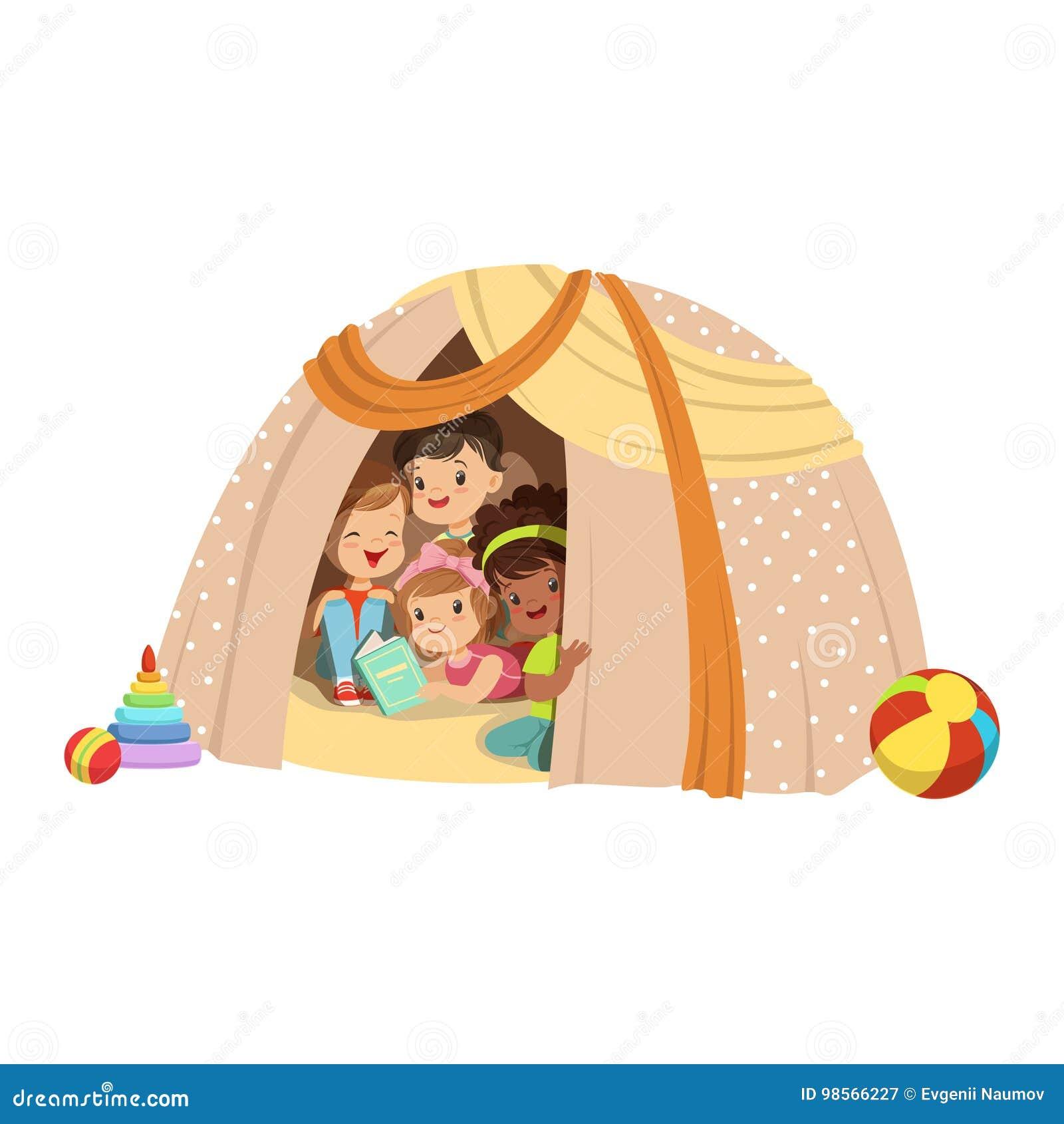 Petits Garçons Mignons Et Filles Sasseyant Dans Un Tipi Fait Maison