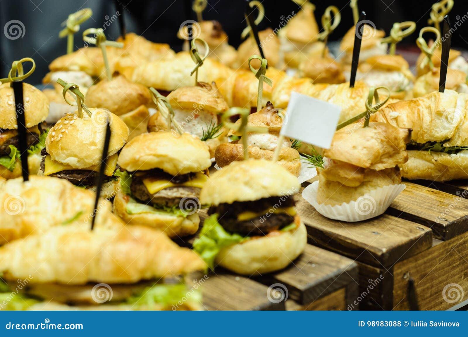 Petits hamburgers sur en bois