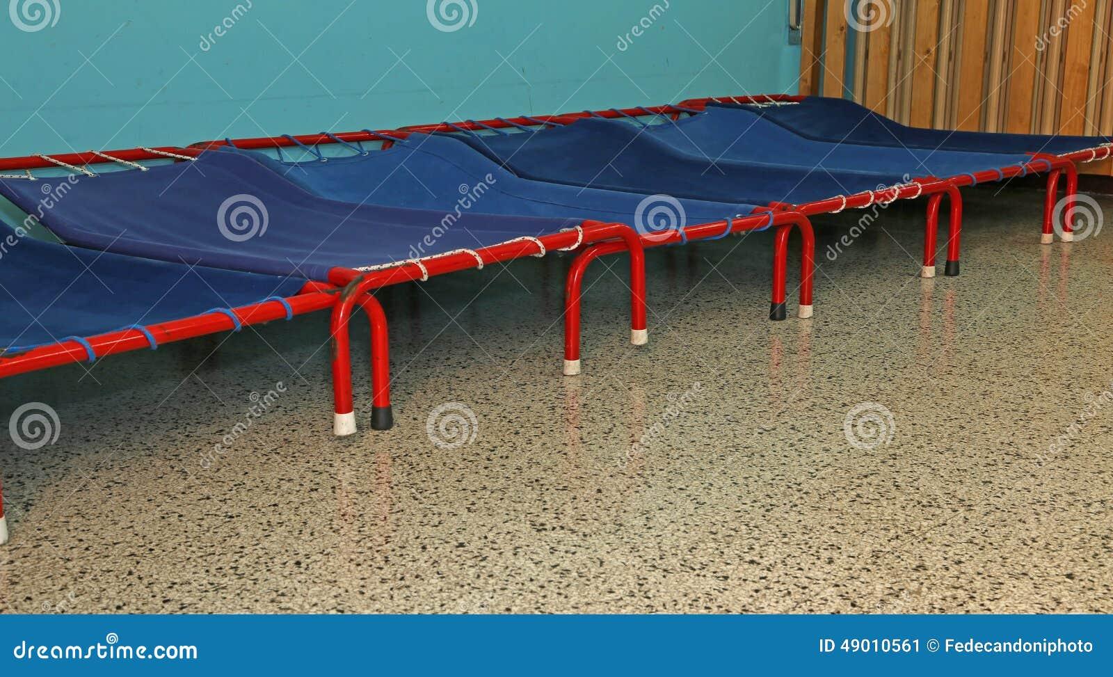 petits lits d 39 un dortoir des enfants de jardin d 39 enfants image stock image du l mentaire. Black Bedroom Furniture Sets. Home Design Ideas