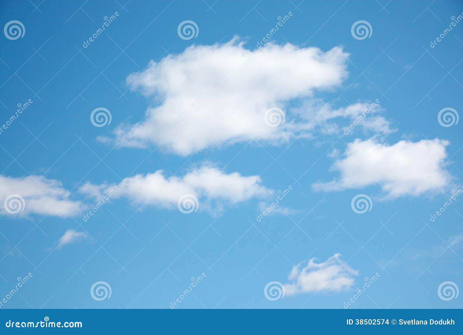 Petits nuages blancs sur le ciel clair bleu clair images stock image 38502574 - Image ciel bleu clair ...