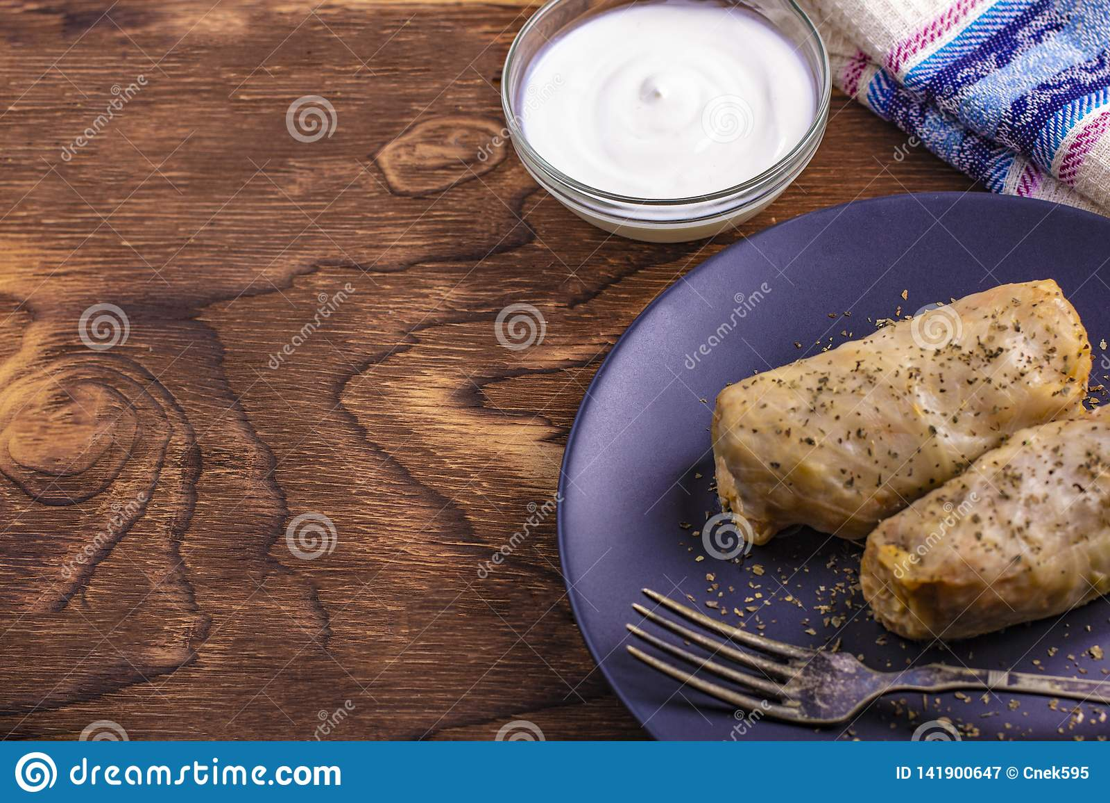 Petits pains chauds de chou avec du riz, viande avec la crème sure dans un plat d argile Dolmasi de Kelem - feuilles de chou bour