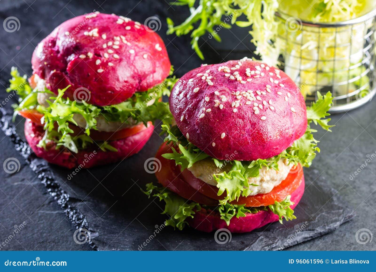 Petits pains de betteraves et hamburgers pourpres colorés de poulet