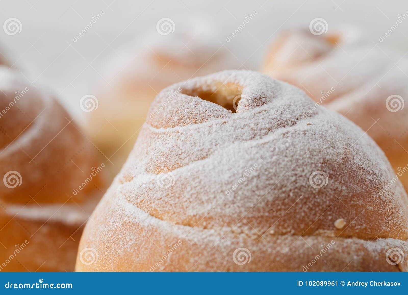 Petits pains de cannelle fraîchement cuits au four avec des épices