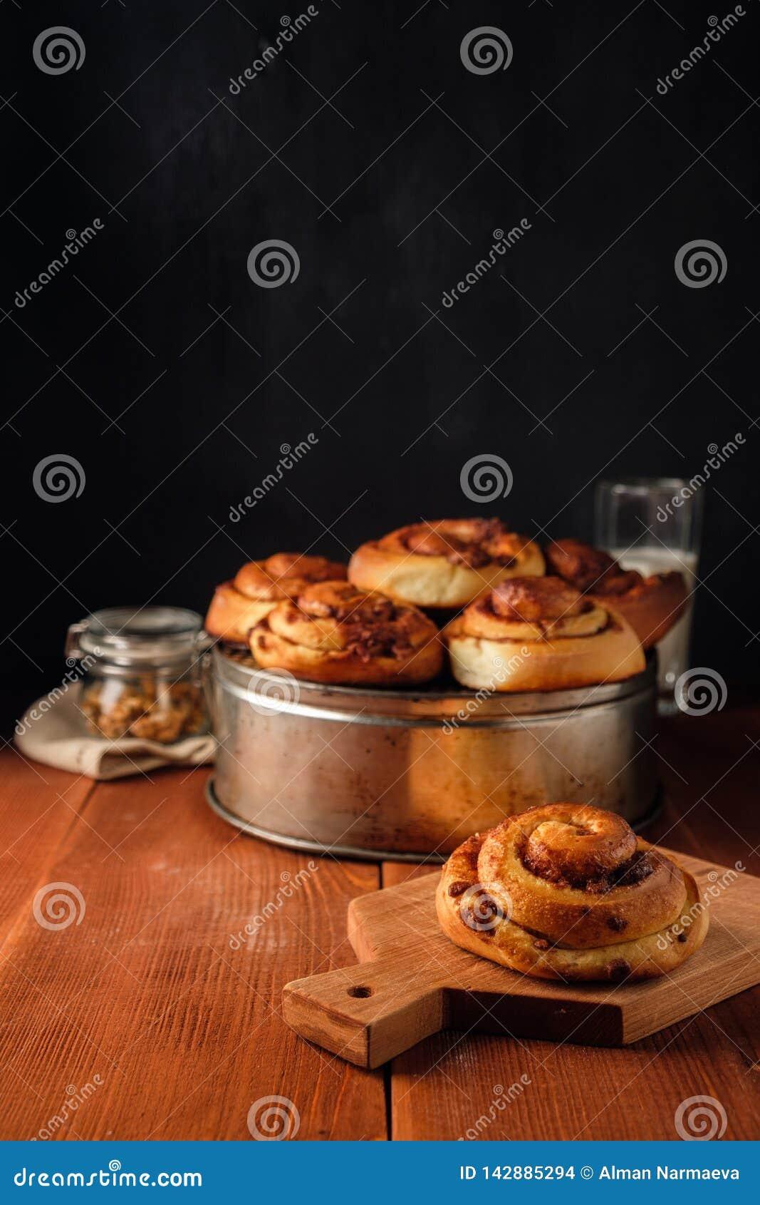 Petits pains de cannelle fra?chement cuits au four avec les ?pices et le remplissage de cacao P?tisserie faite maison douce, dess