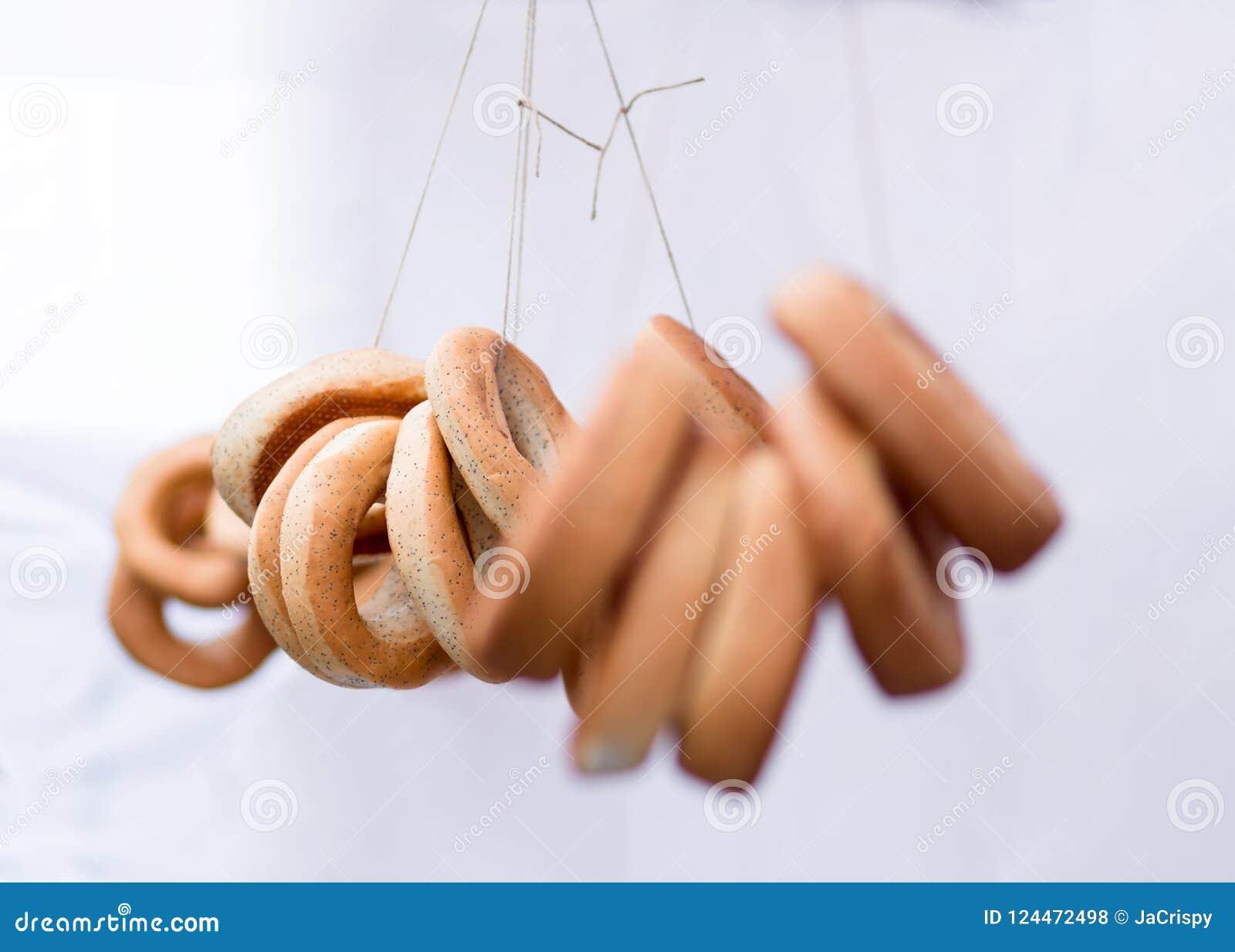 Petits pains de forme annulaire dans un prix à vendre sur le fond blanc, bagels