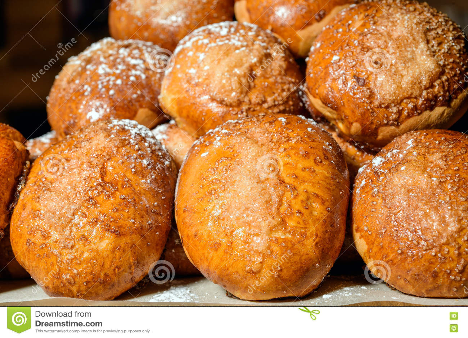 Petits pains de pâtisserie rayés dans une rangée
