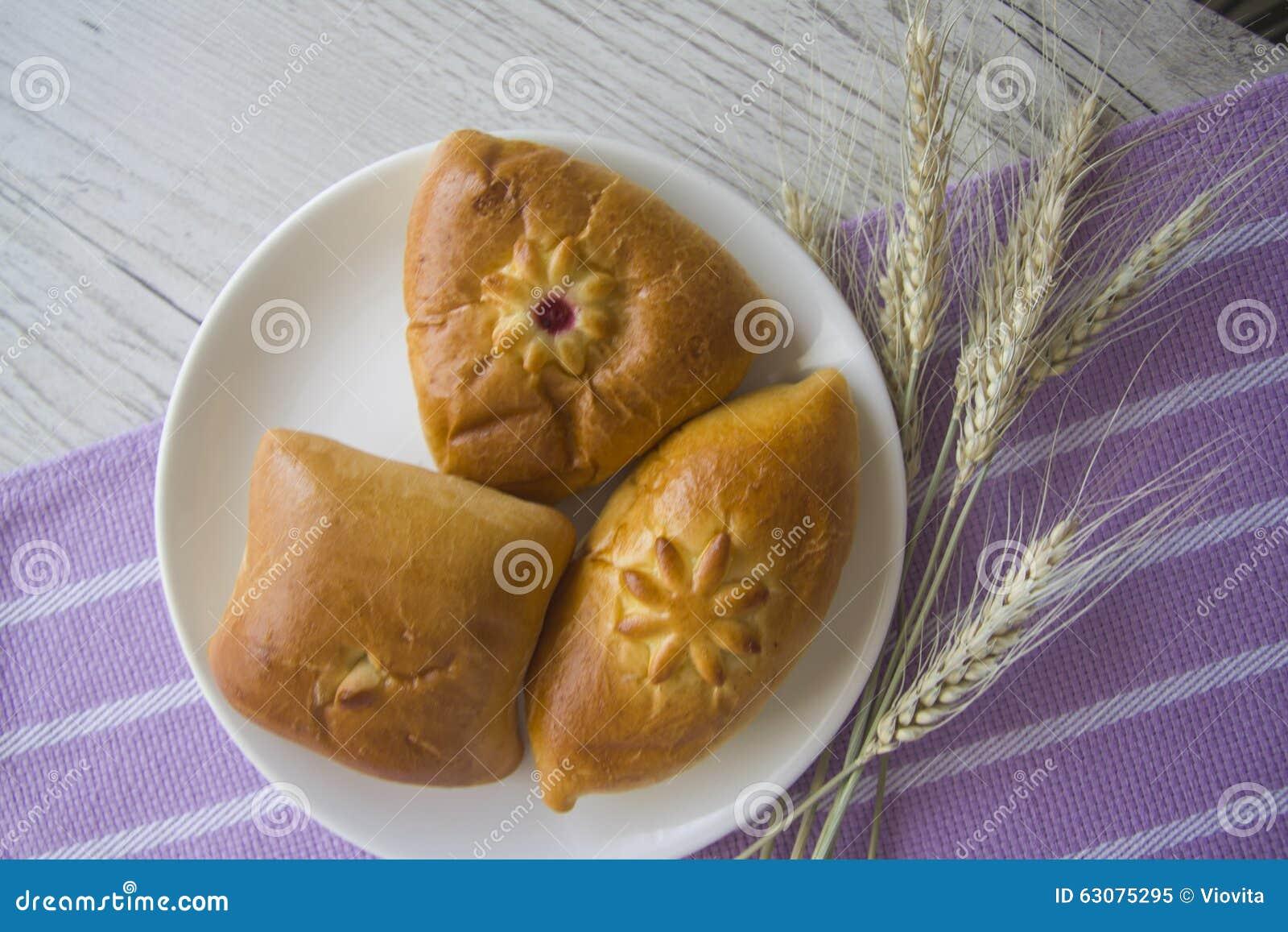 Download Petits Pains De Pâtisserie Sur La Nappe Lilas Image stock - Image du pâte, patties: 63075295