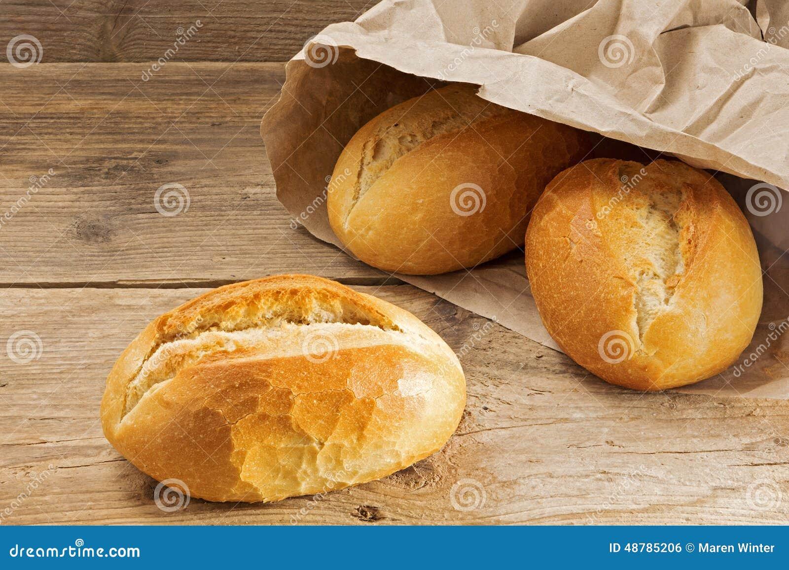 petits pains de pain dans un sac de papier sur une table en bois rustique photo stock image. Black Bedroom Furniture Sets. Home Design Ideas