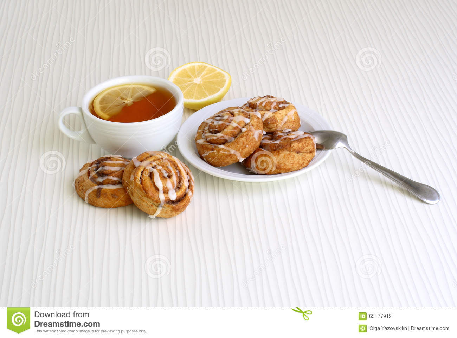 Petits pains doux avec de la cannelle d un plat