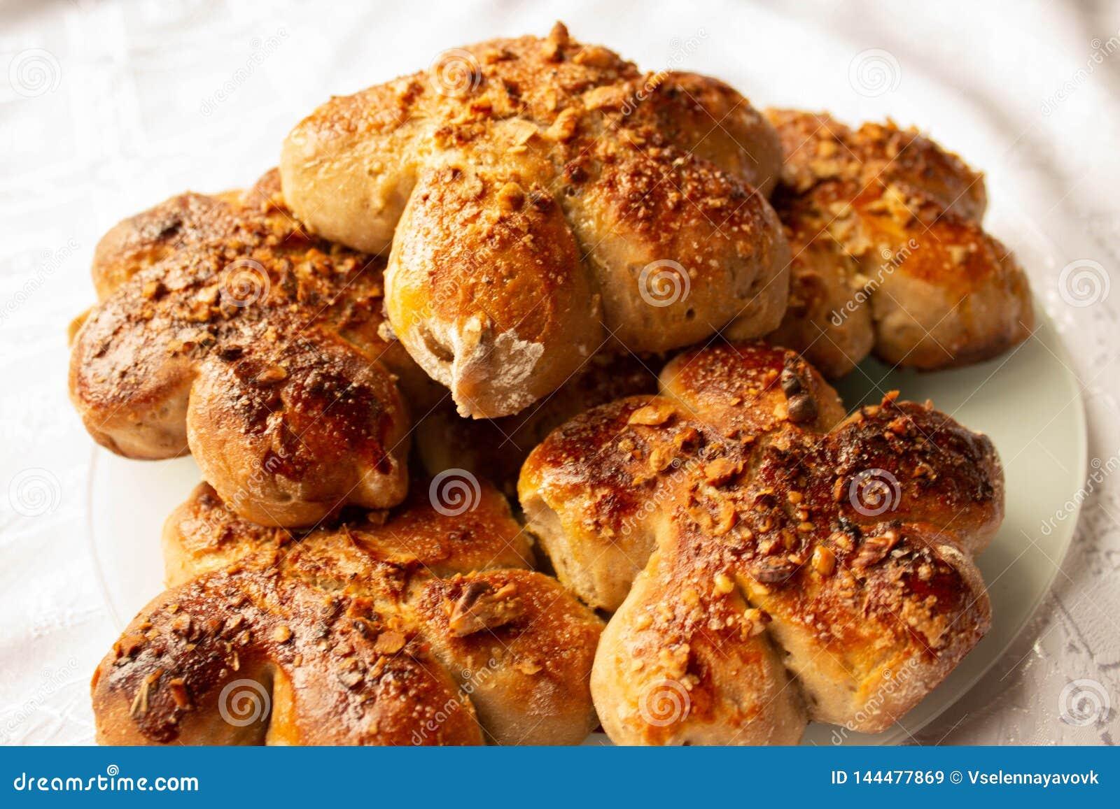 Petits pains faits maison fraîchement cuits au four avec l écrimage d écrou Pâte de cacao Gâteaux faits maison savoureux et appét