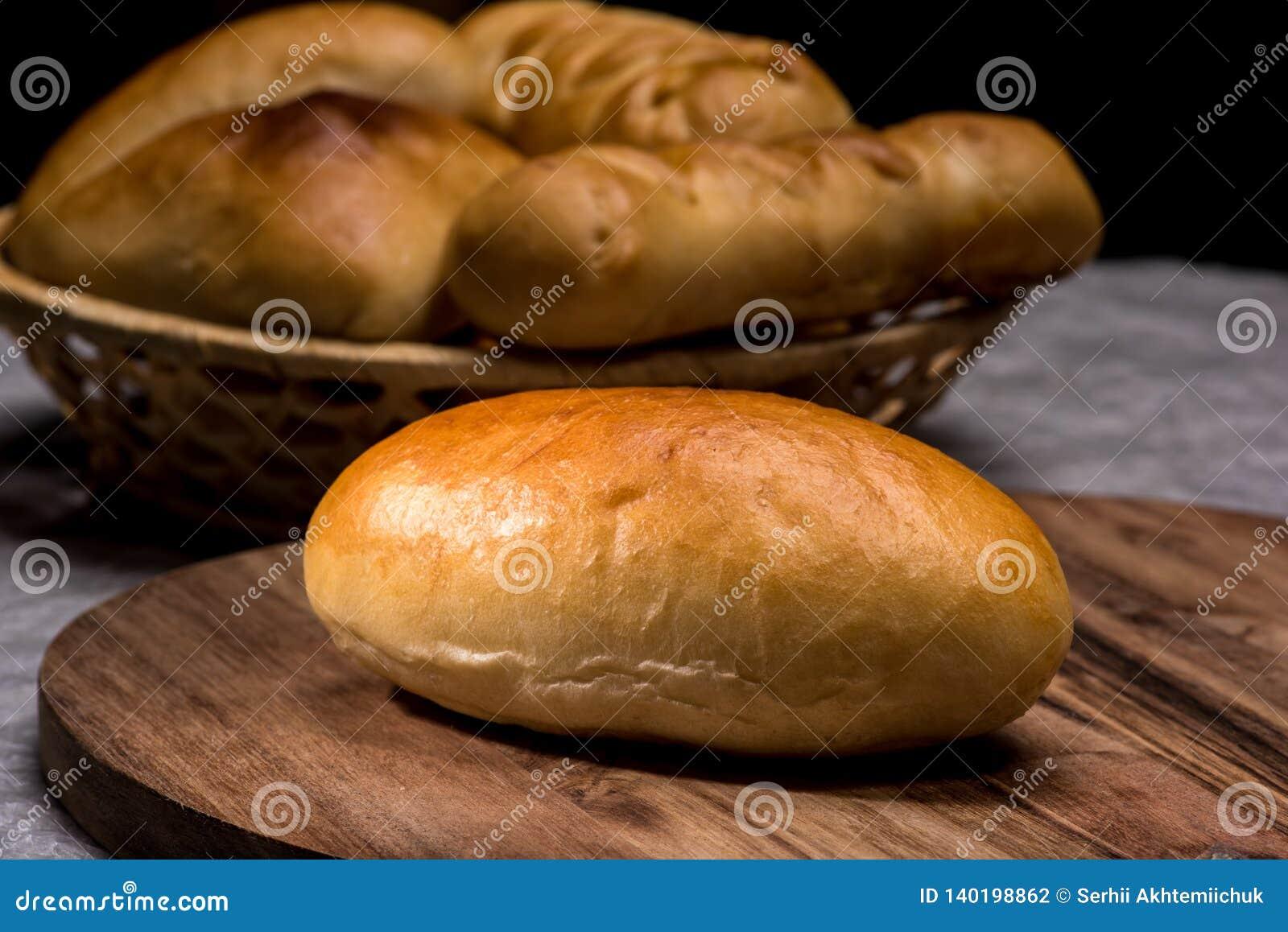 Petits pains faits maison frais de pain d hamburger sur le fond en bois foncé