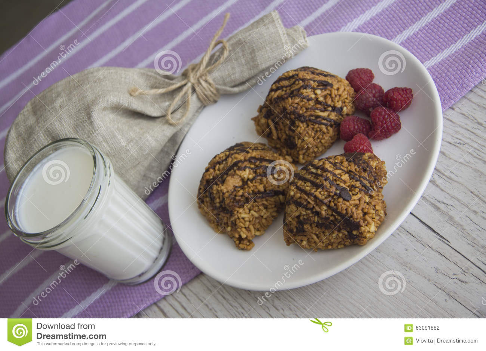 Download Petits Pains Savoureux Sur Le Fond En Bois Photo stock - Image du chocolat, cuisinier: 63091882