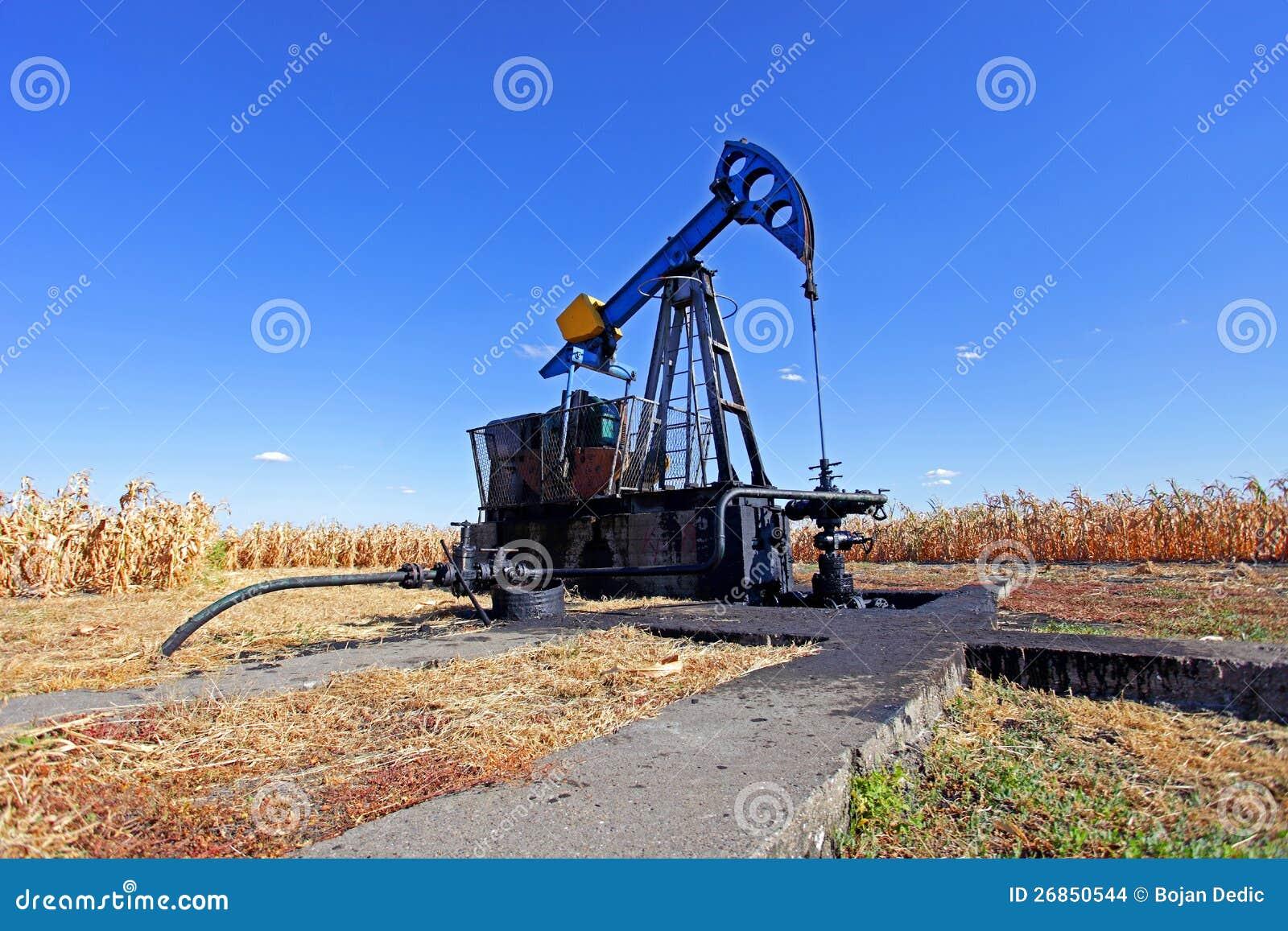 Petróleo pozo en el campo de maíz