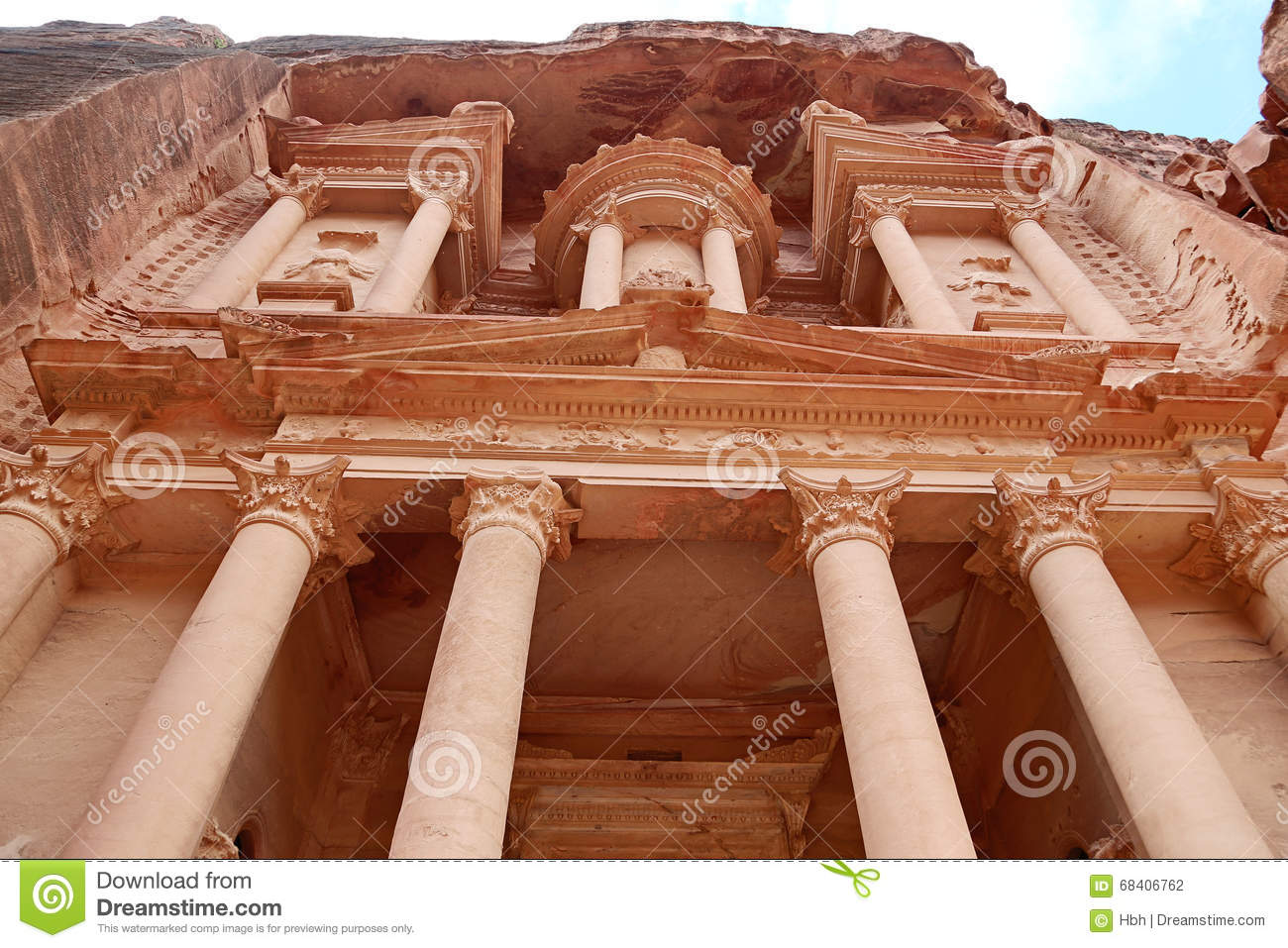Looking up at the facade of the Treasury (Al Khazneh) carved into the red  rock 7c822172f