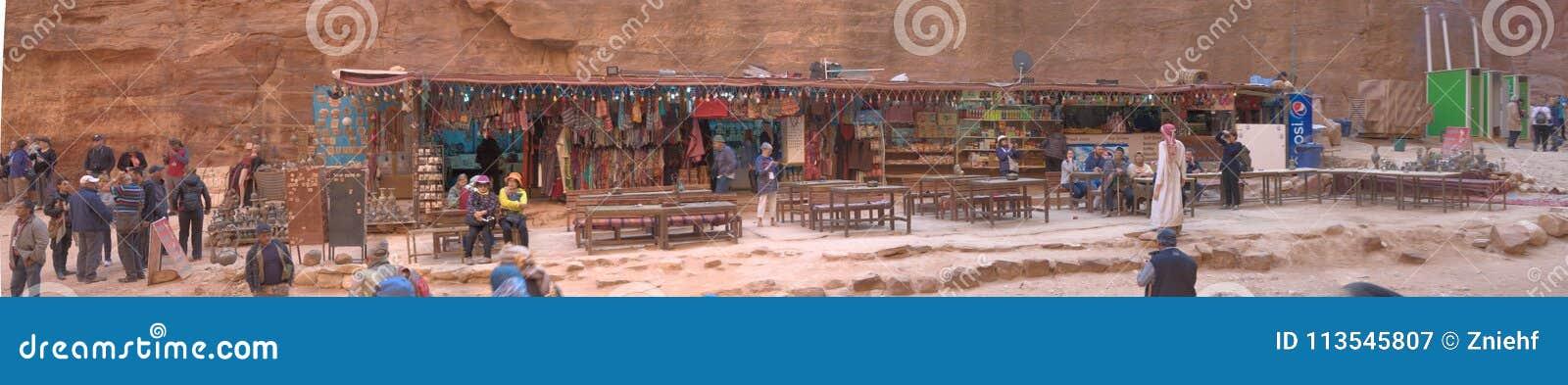 Petra, Wadi Musa, Jordanië, 9 Maart, 2018: Verkoopcabine met vele artikelen en herinneringen voor toeristen voor Petra Treasury,
