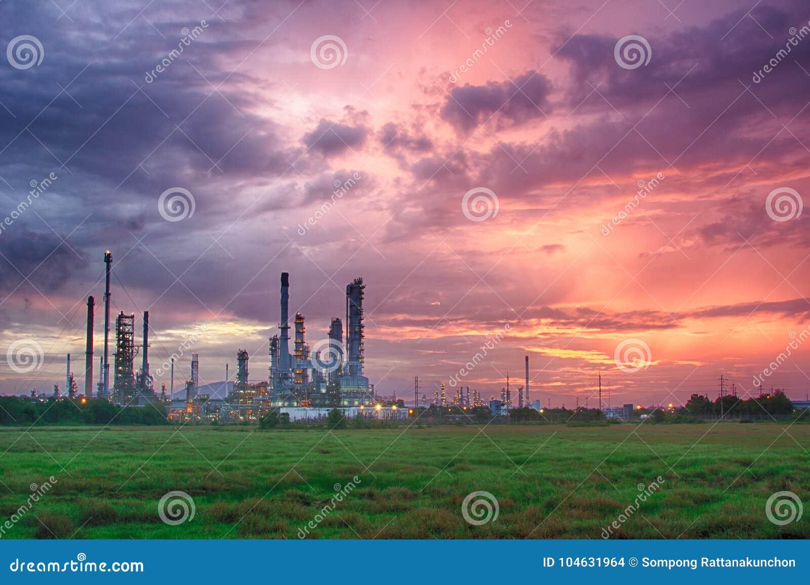 Download Petrochemische Installatie In Silhouetbeeld Stock Foto - Afbeelding bestaande uit milieu, bouw: 104631964