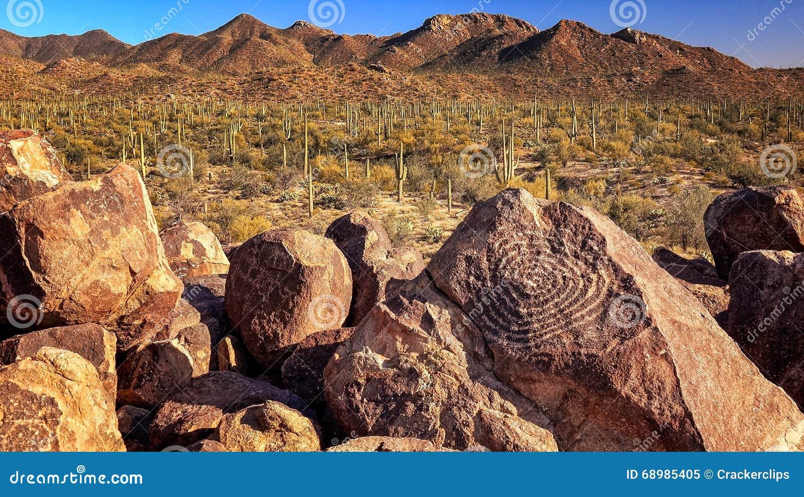 Petroglifos de Hohokam en la colina de la señal en parque nacional de Saguaro