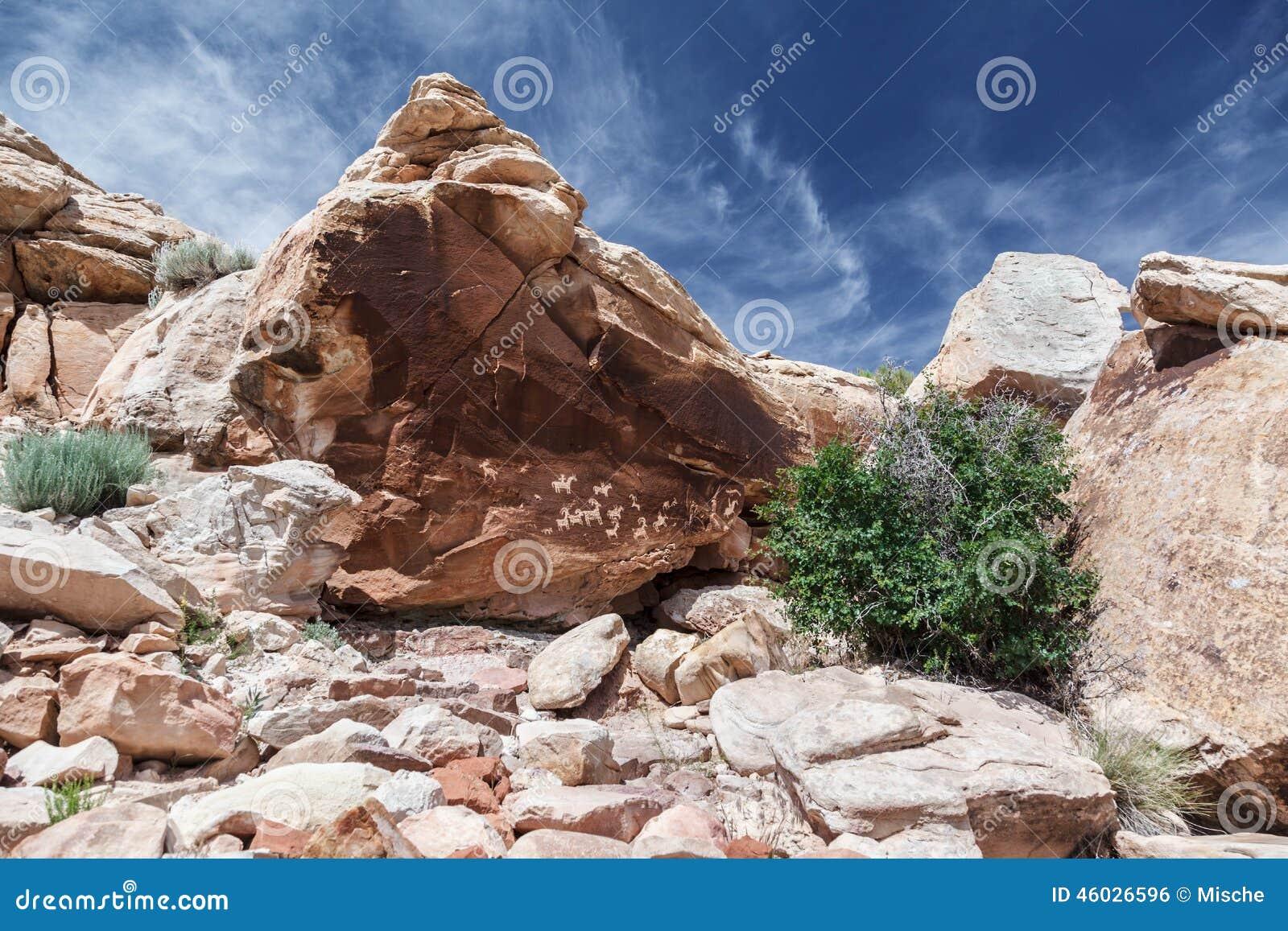 Petroglyphs na rocha no parque nacional dos arcos