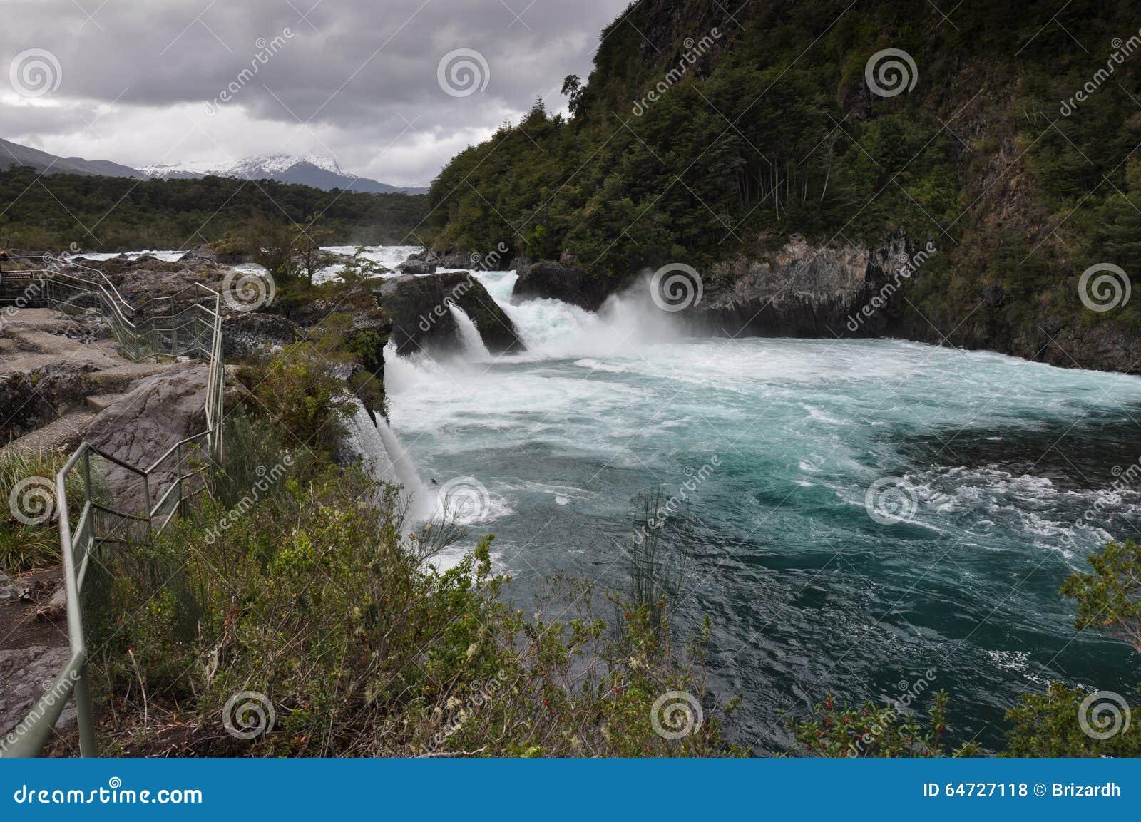 Petrohue härliga vattenfall med den Osorno vulkan bakom, Chile