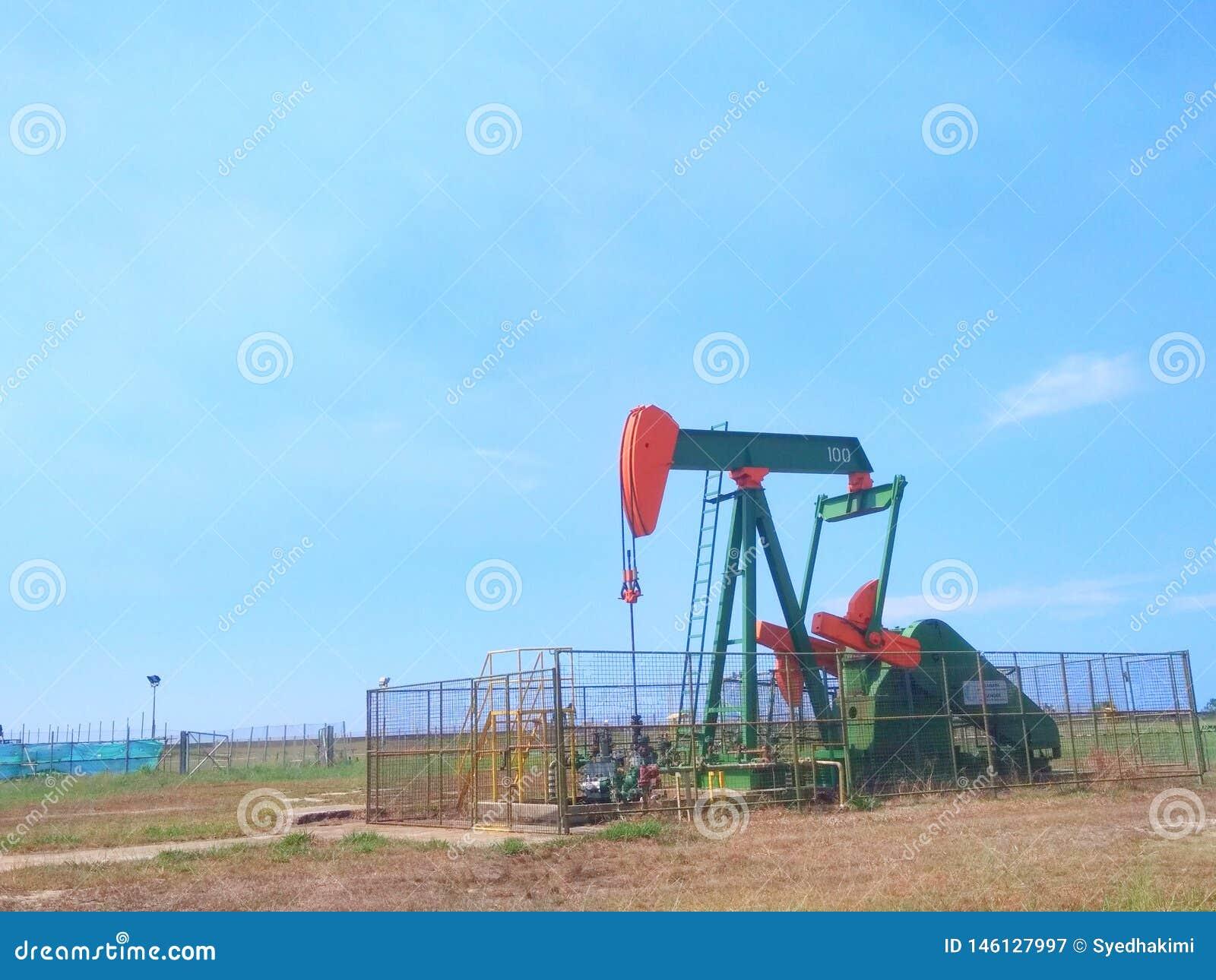 Petrolio di industrie petrolifere del Brunei sulla pompa della terra della riva