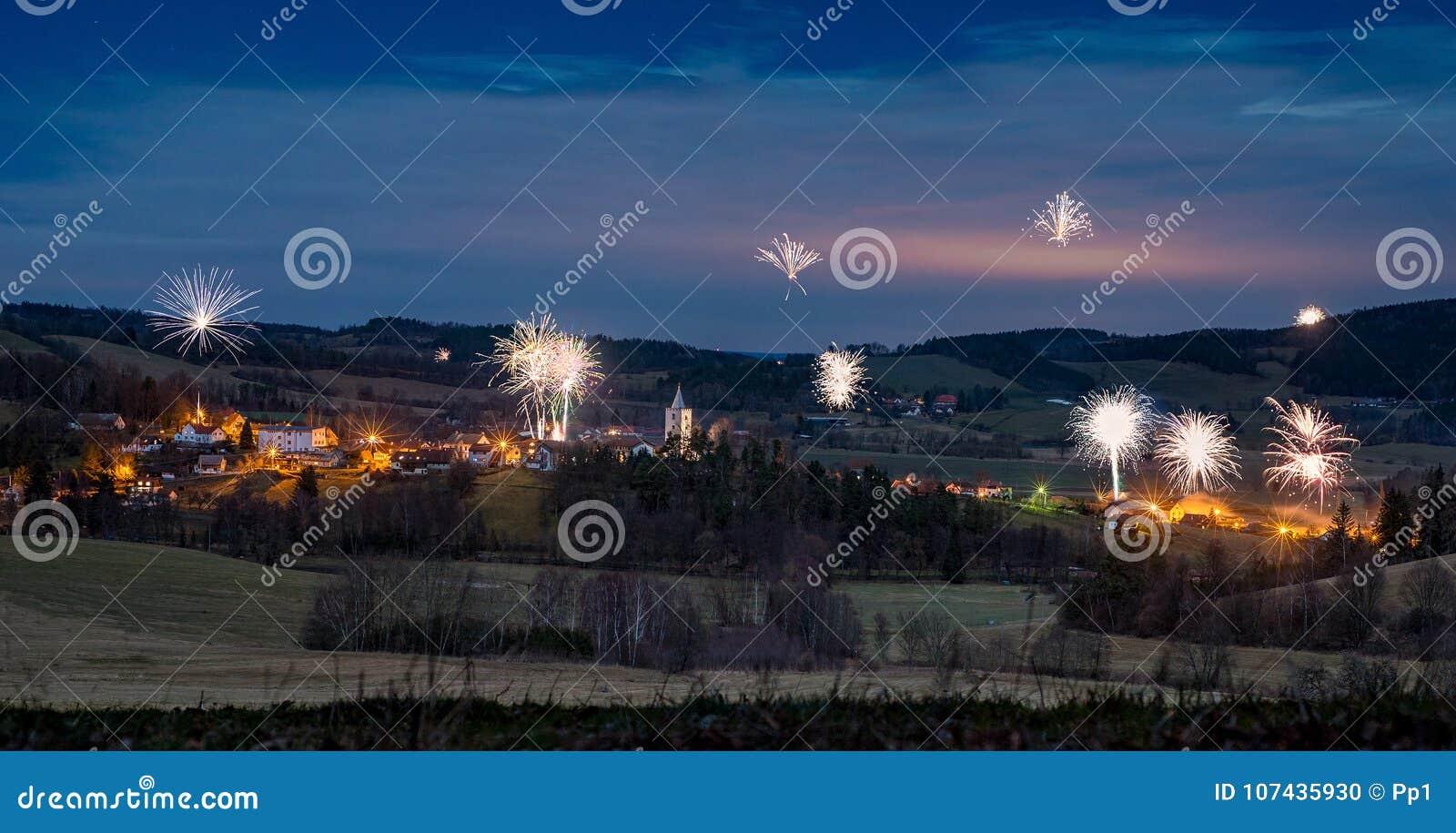 Petrovice山村,捷克共和国在晚上