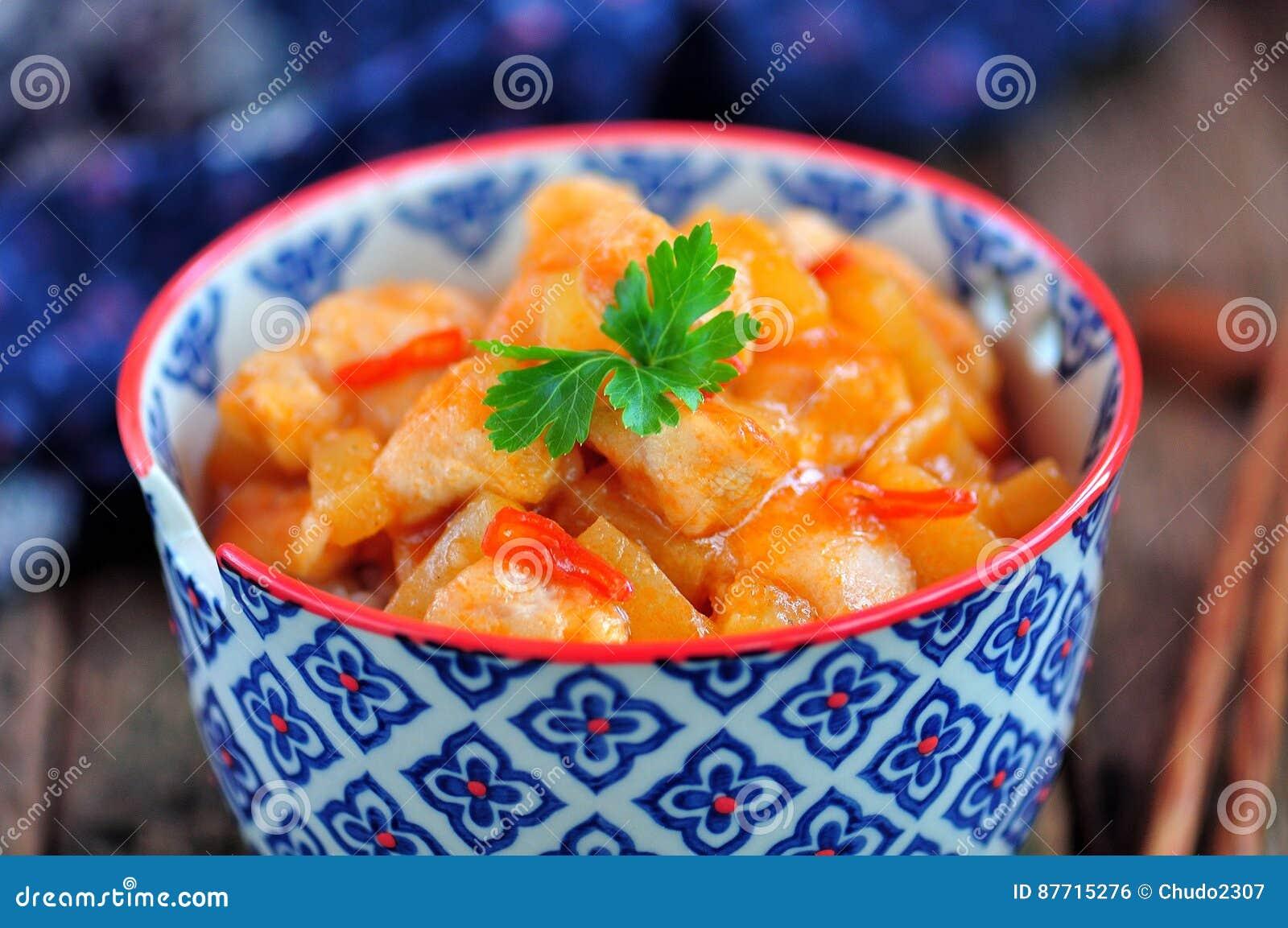 Petto di pollo in salsa agrodolce con le fette dell ananas con riso bollito Stile rustico