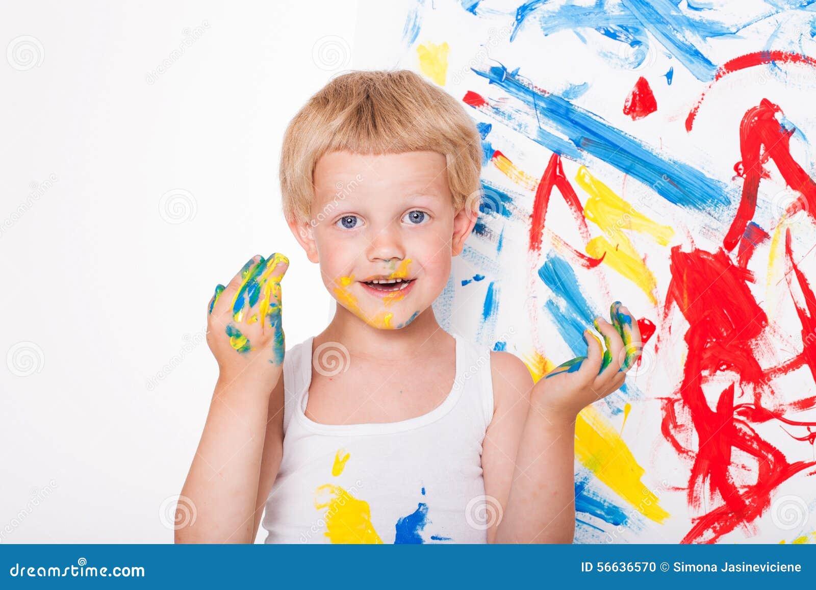 Peu d enfant dessine des couleurs lumineuses école précours Éducation créativité Portrait de studio au-dessus du fond blanc