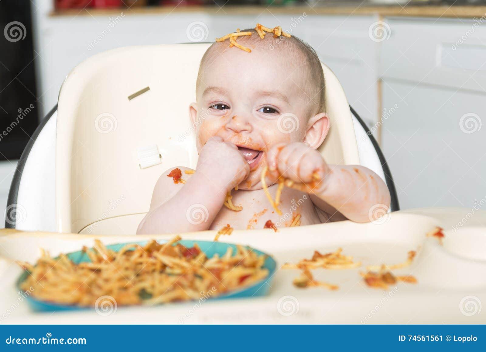 Peu de b mangeant son dîner et faisant un désordre