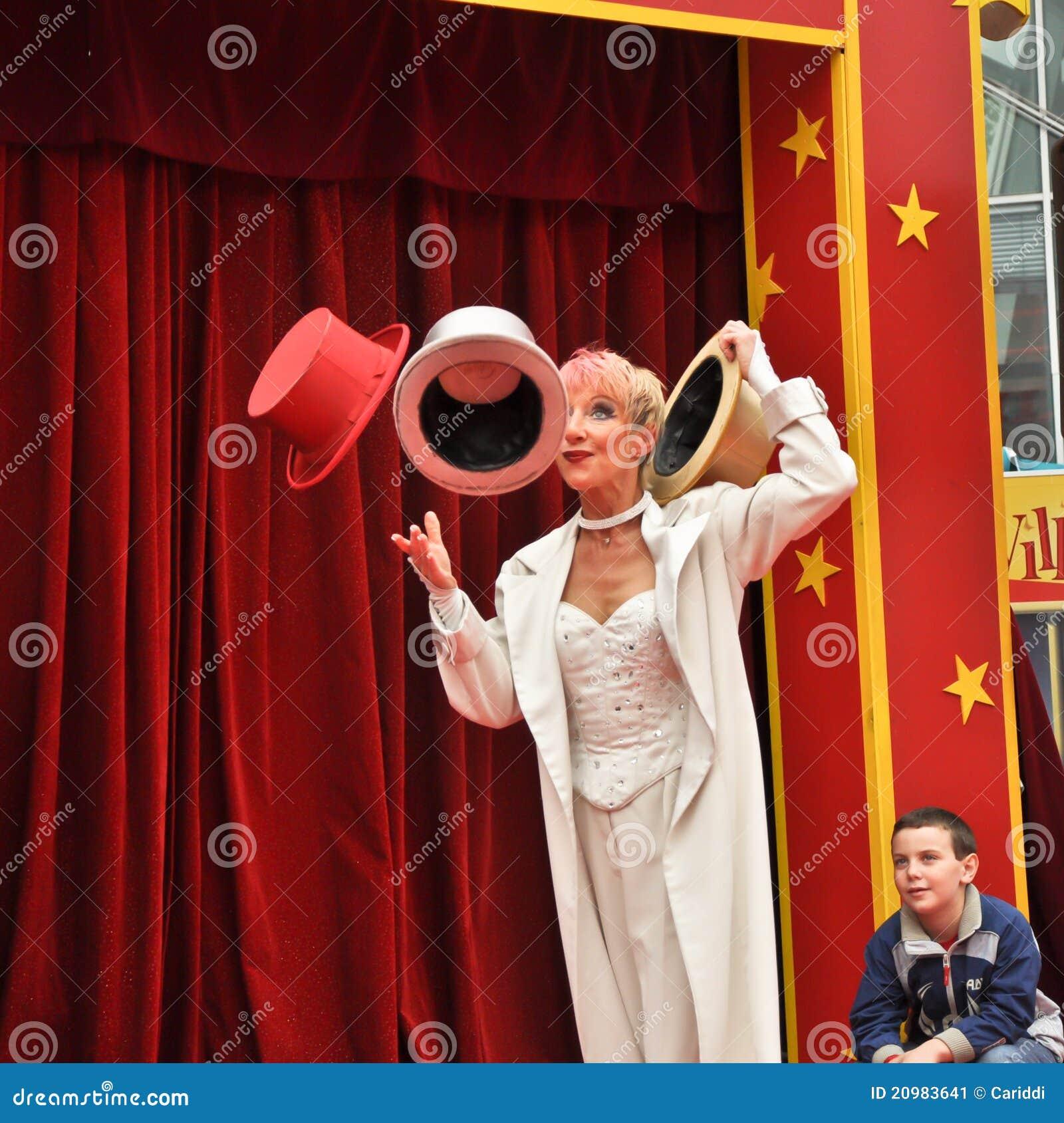 Peu de cirque jongleur avec des chapeaux dans le village - Image jongleur cirque ...