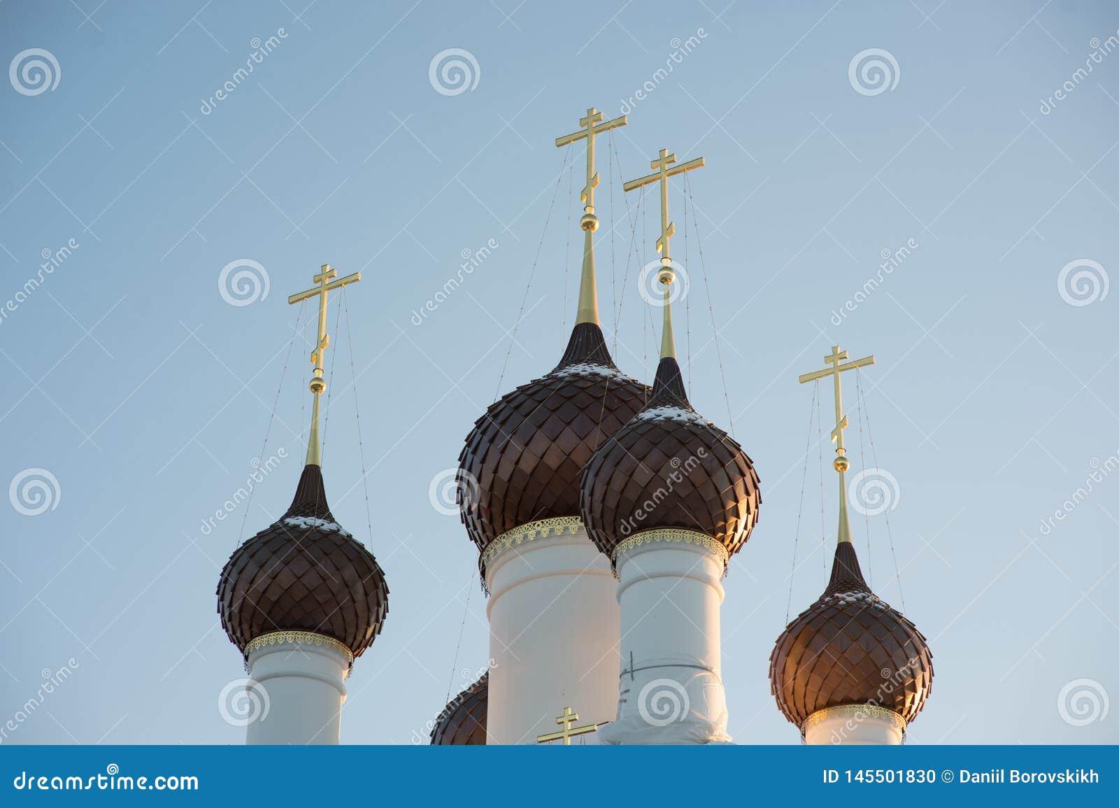 Peu de dômes avec croise plus d un temple de blanc-pierre contre un ciel bleu