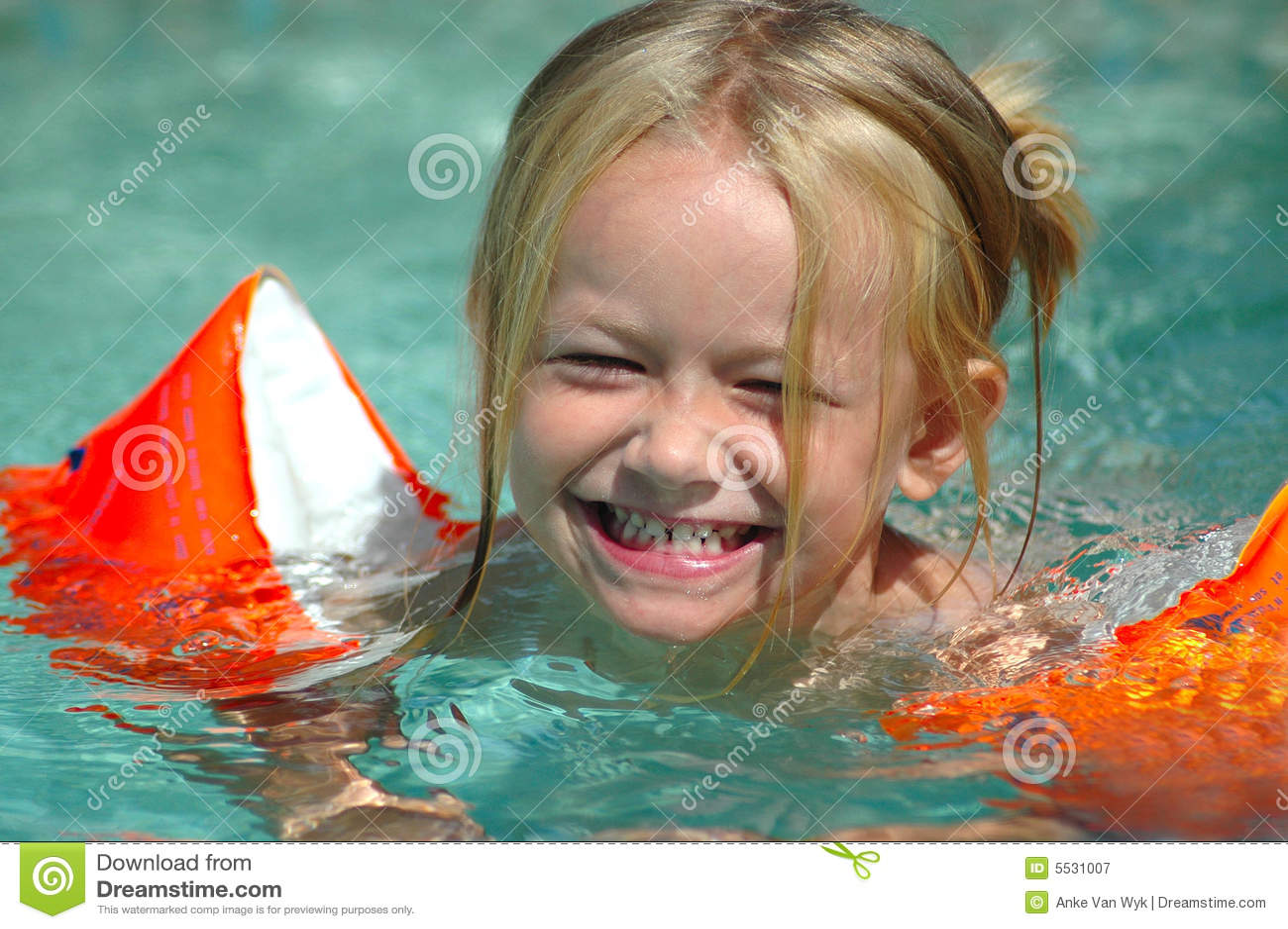 Peu de fille de piscine