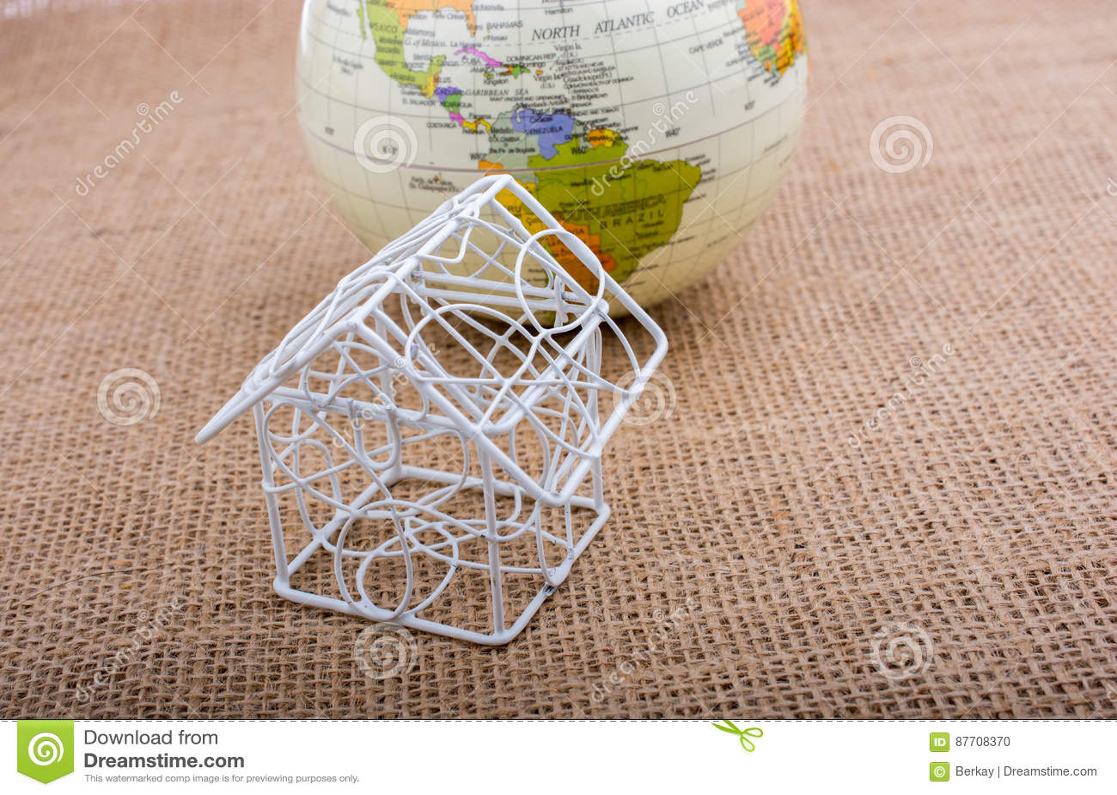 Peu de maison modèle et un globe modèle