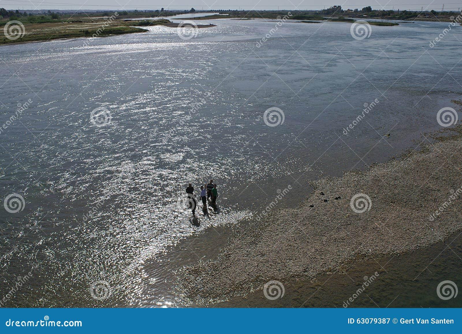 Download Peu De Personnes Marchent En Rivière Euphrate Près De Raqqa En Syrie Image stock - Image du nature, refroidissement: 63079387
