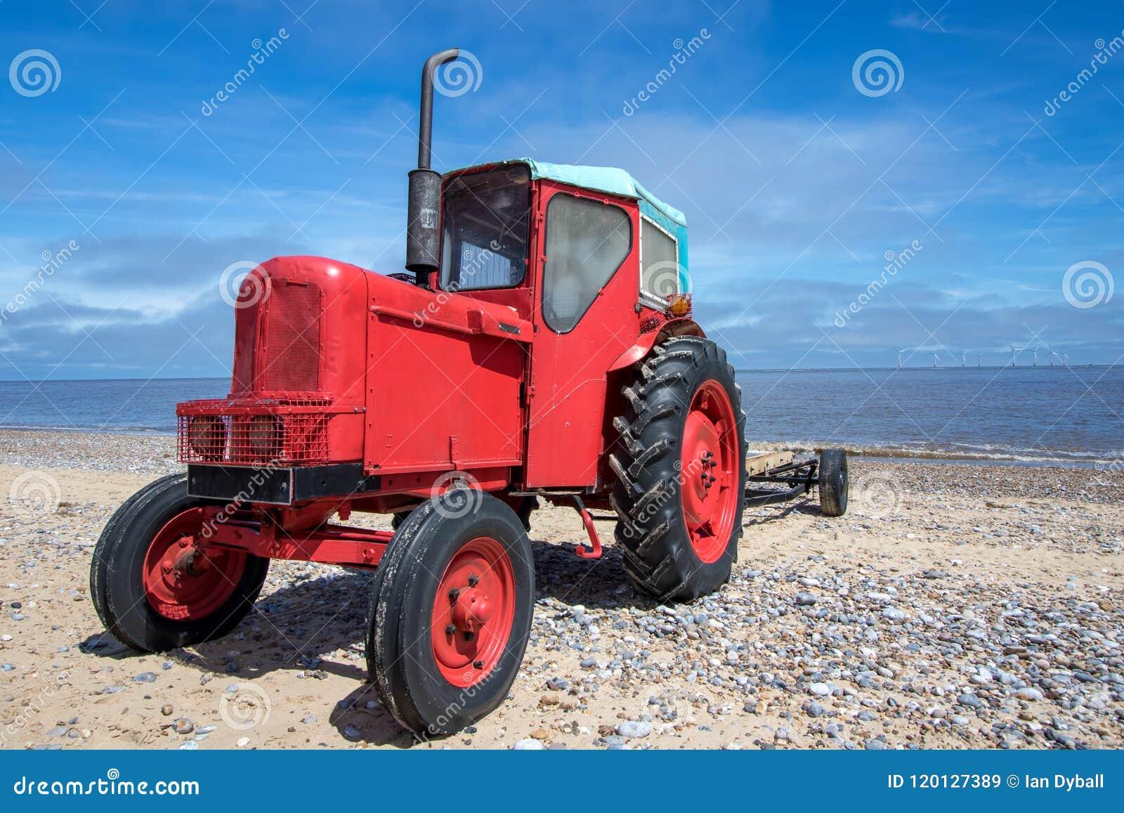 Peu de vieux tracteur diesel rouge sur la plage