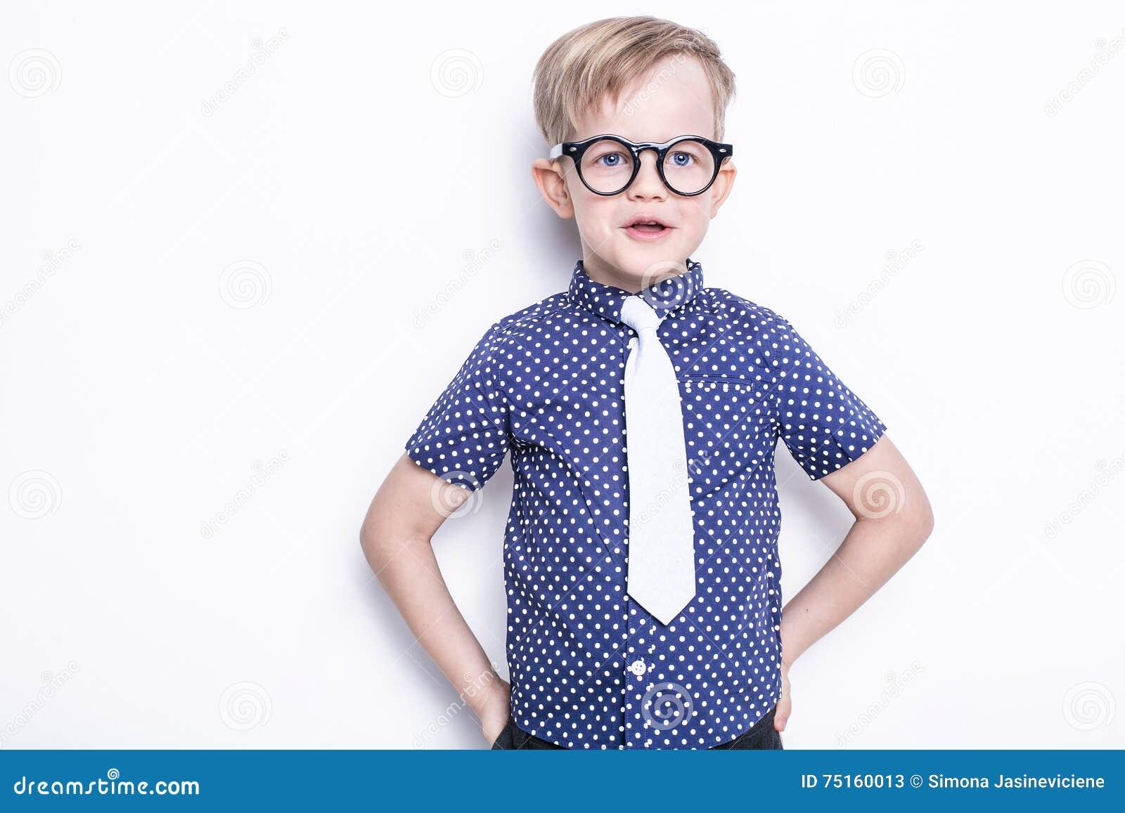 Peu enfant adorable en lien et verres école précours Mode Portrait de studio d isolement au-dessus du fond blanc