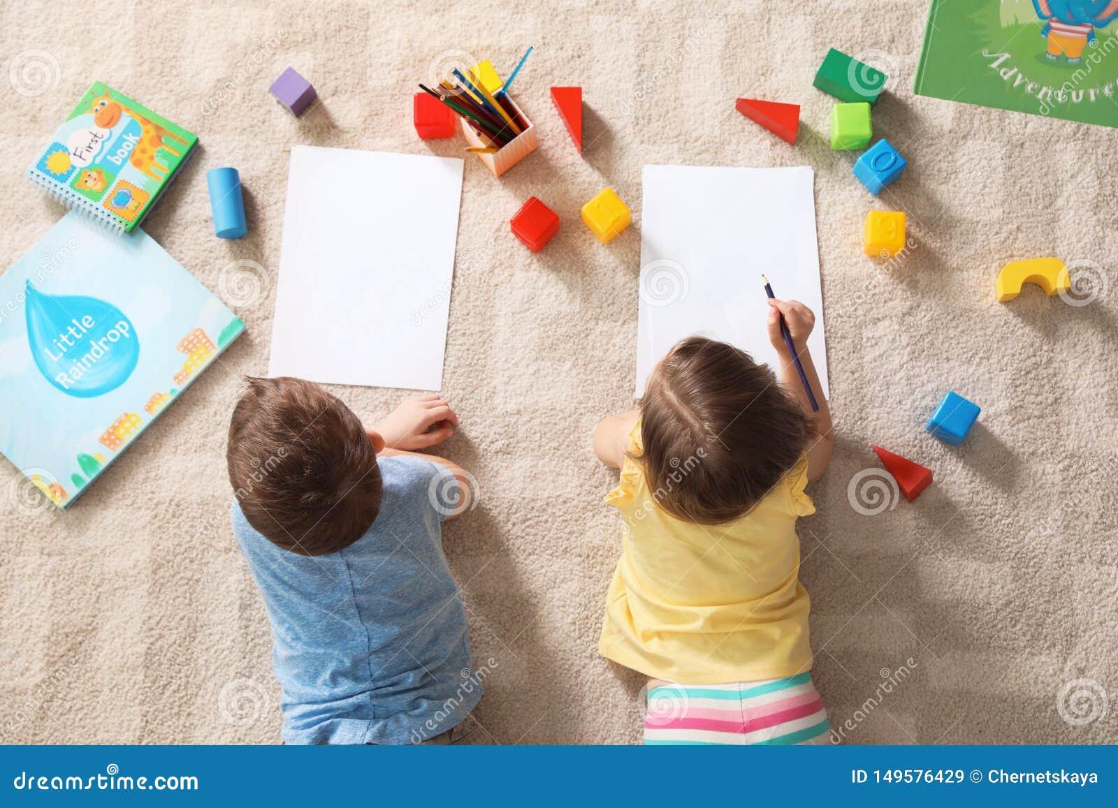 Peu enfants dessinant à l intérieur ?tude et jouer