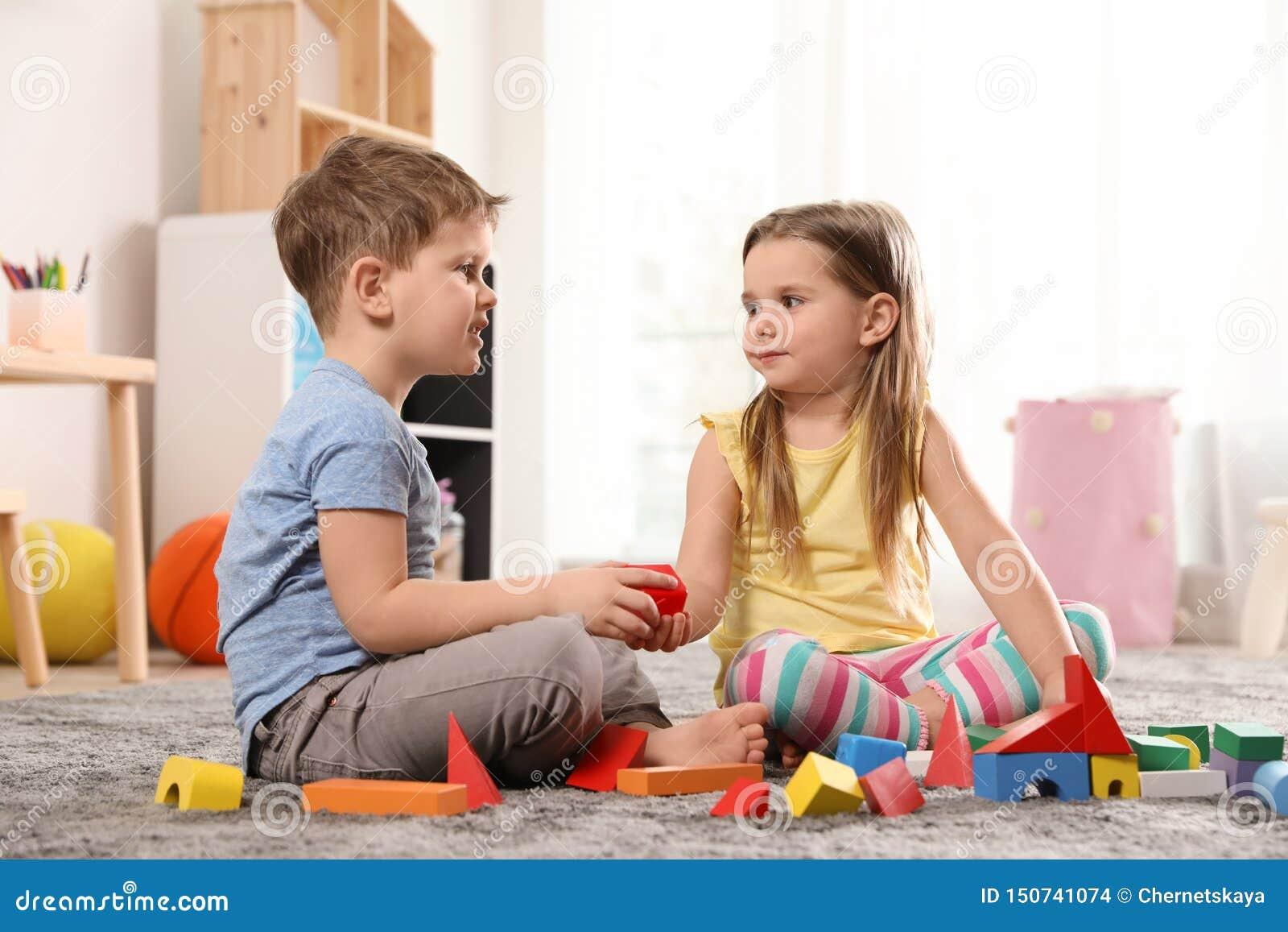 Peu enfants jouant avec les blocs colorés