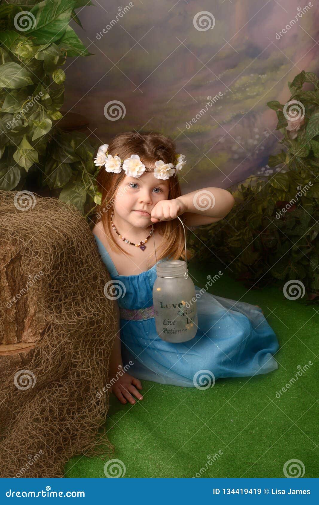 Peu fée dans le royaume des fées Petite fille avec des fées dans un pot