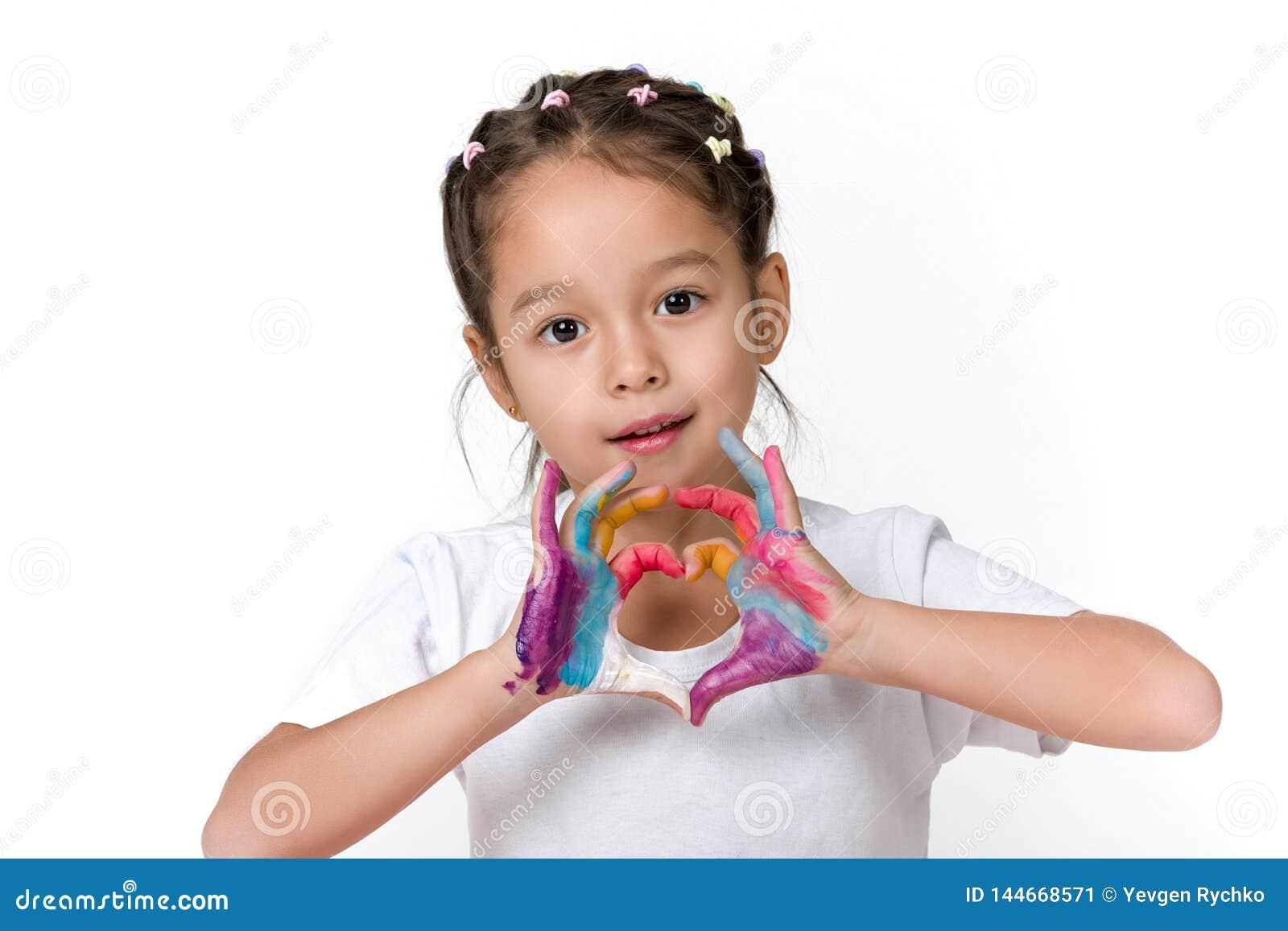 Peu fille d enfant avec des mains peintes en peinture color?e