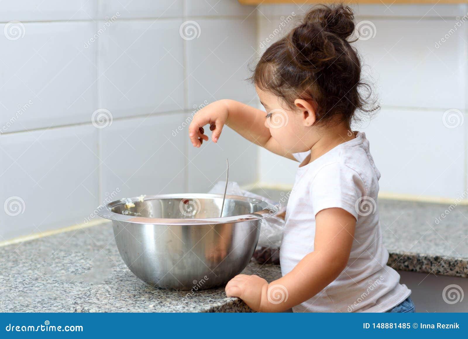 Peu fille d enfant en bas ?ge faisant la boulangerie de g?teau dans la cuisine