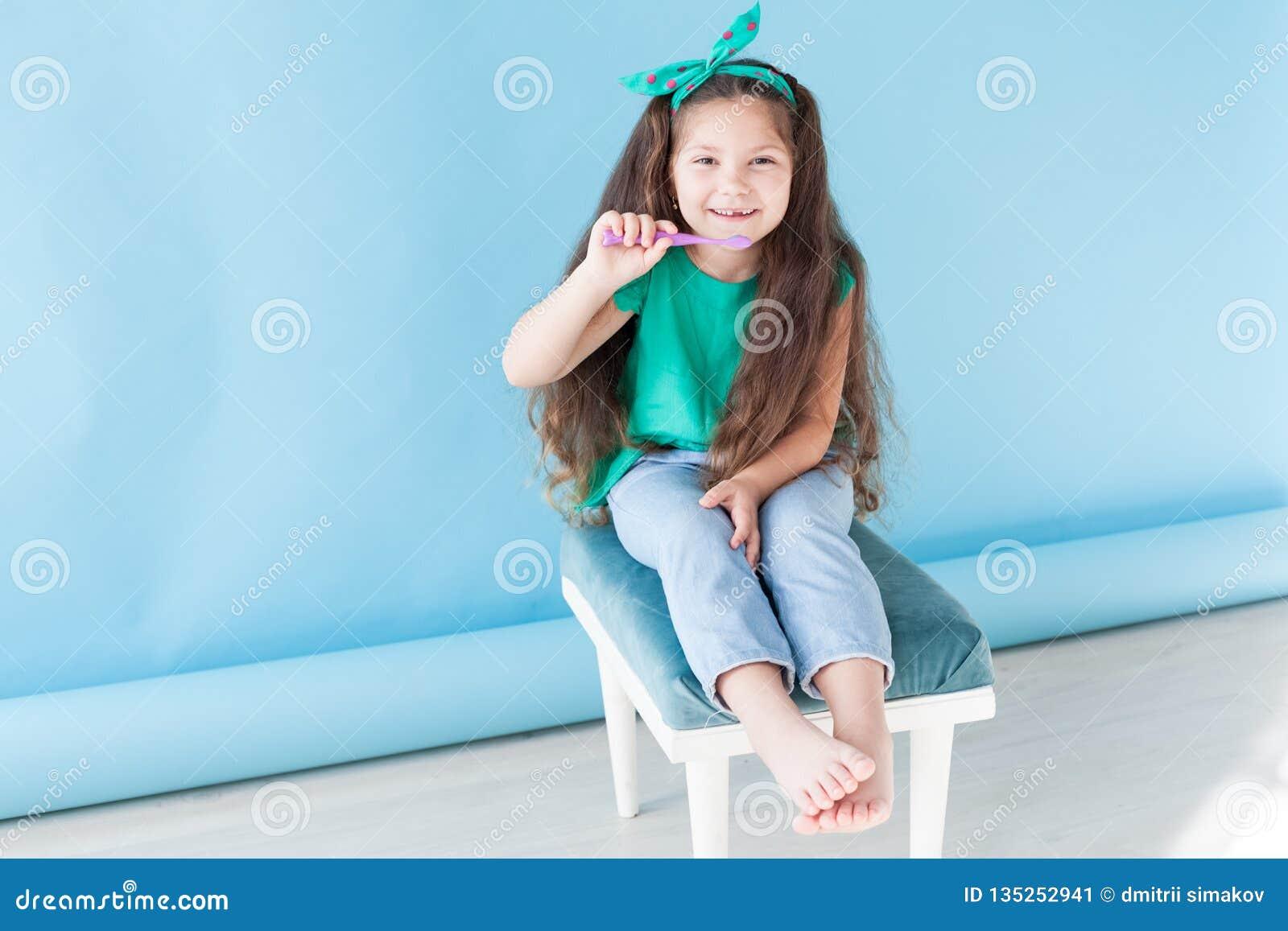 Peu fille se brossant les dents avec une dent d art dentaire de brosse à dents
