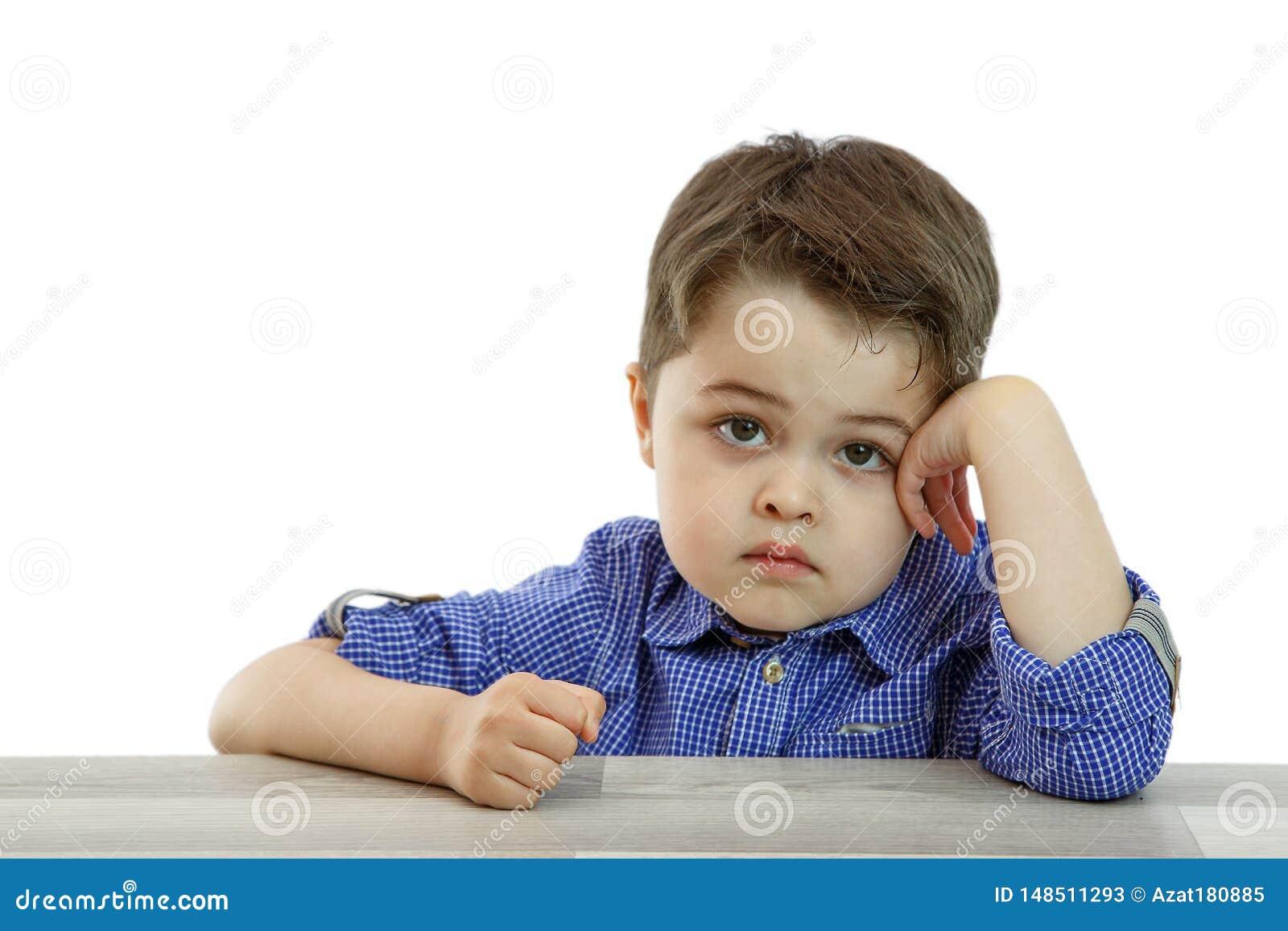 Peu garçon mignon avec différentes émotions sur le visage sur le fond d isolement