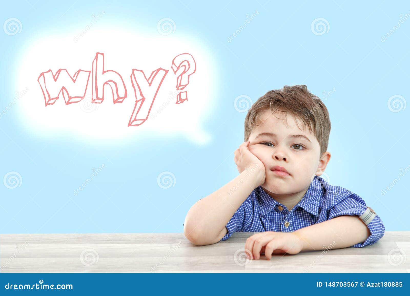 Peu garçon mignon repose et demande pourquoi sur un fond d isolement