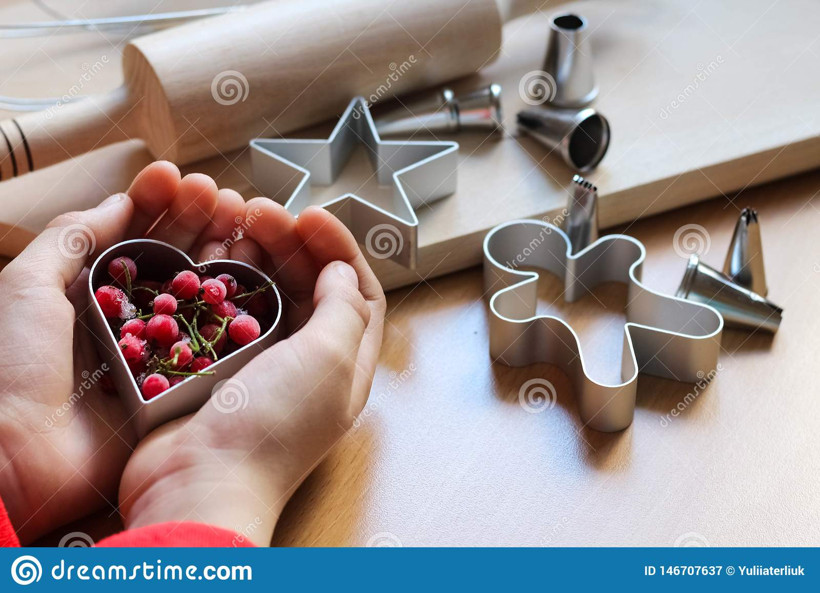 Peu la main de fille faisant les biscuits de fête traditionnels Cuisson avec le concept d amour Le jour de m?re, le jour des femm