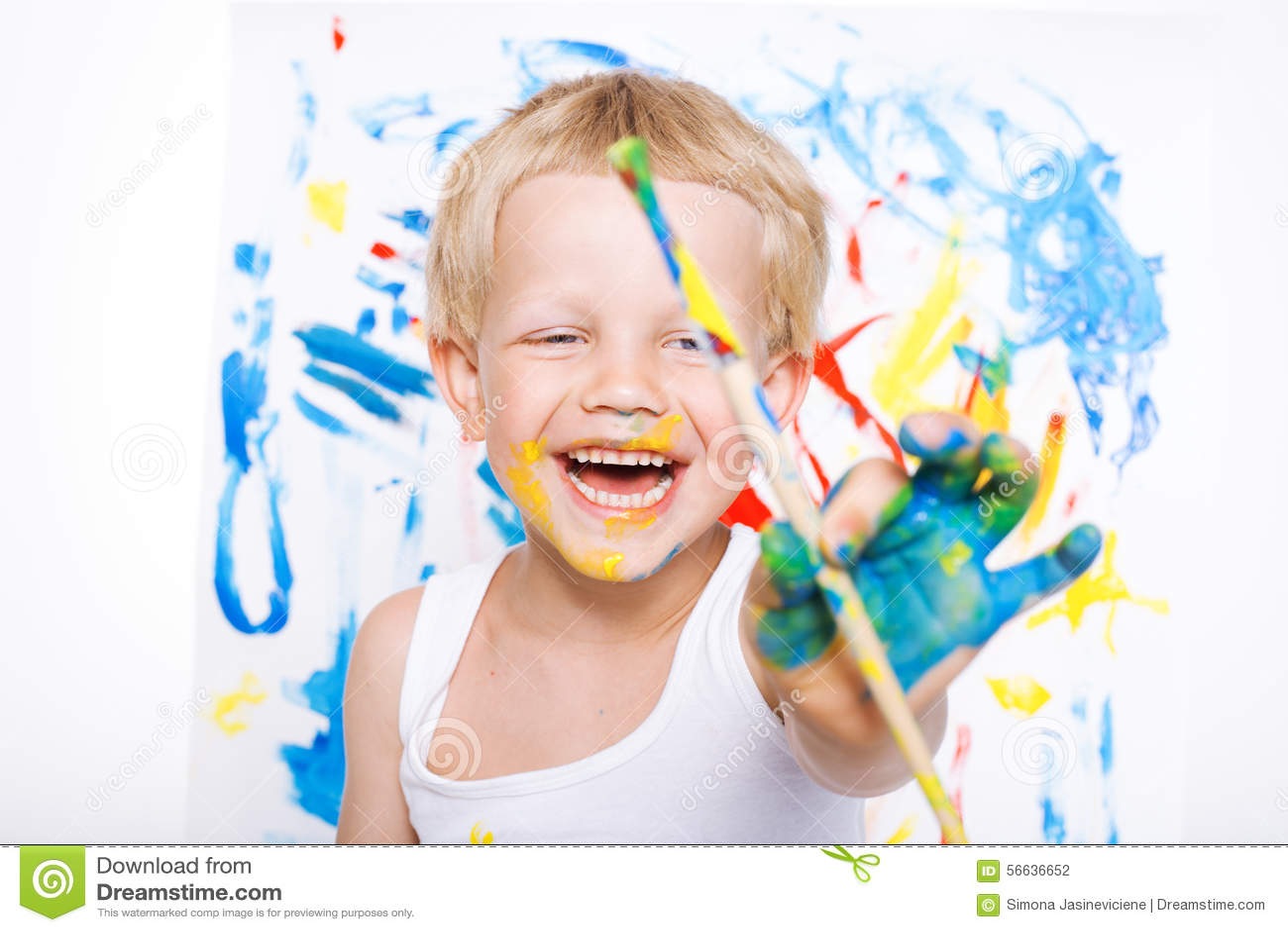 Peu peinture malpropre d enfant avec la photo de pinceau sur le chevalet Éducation créativité école précours Portrait de studio a