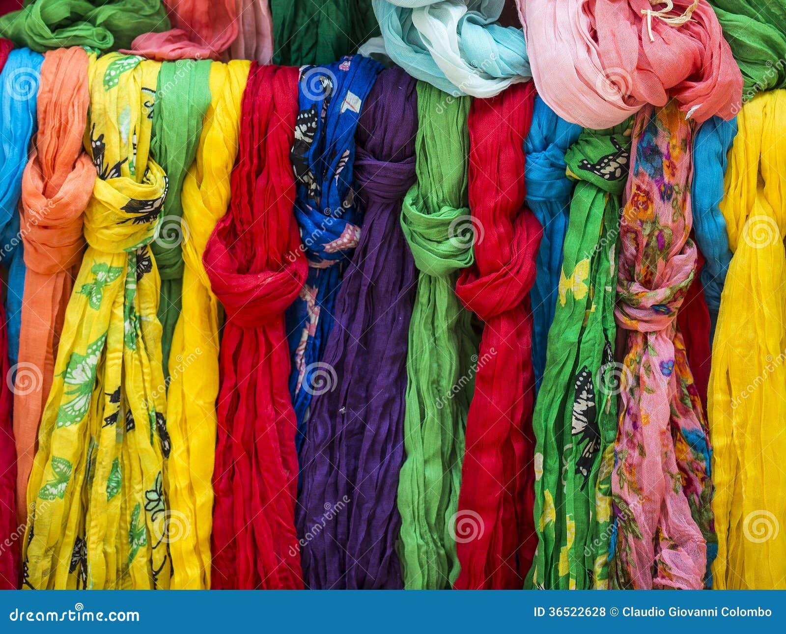 Pezenas (France) : foulards colorés