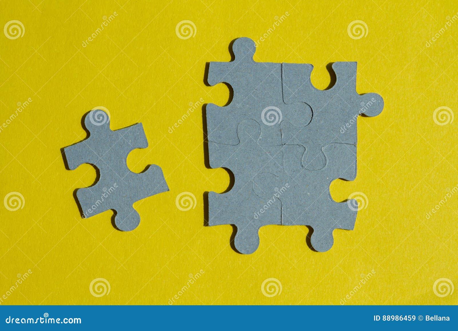 Pezzi del puzzle su fondo giallo