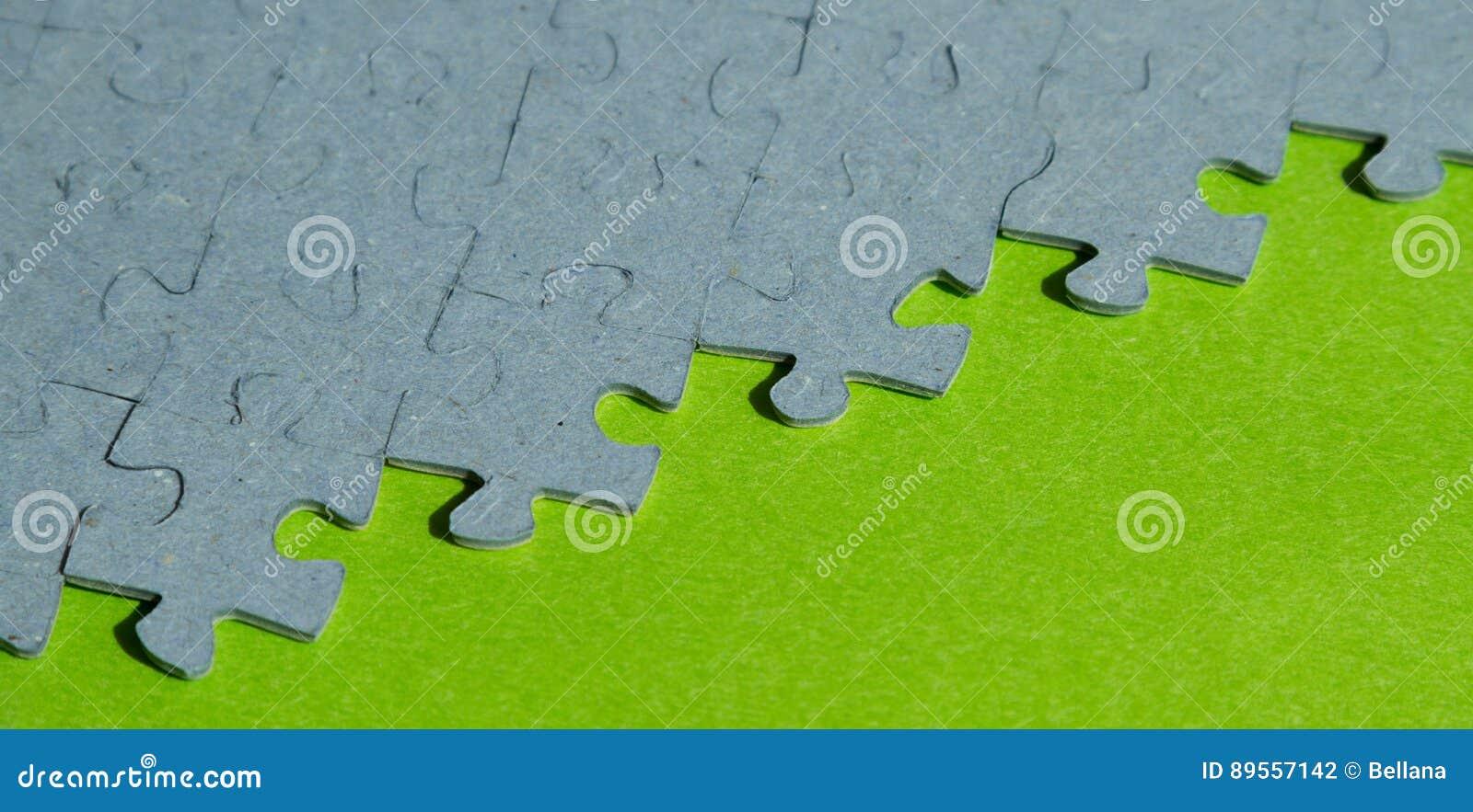 Pezzi del puzzle su fondo verde