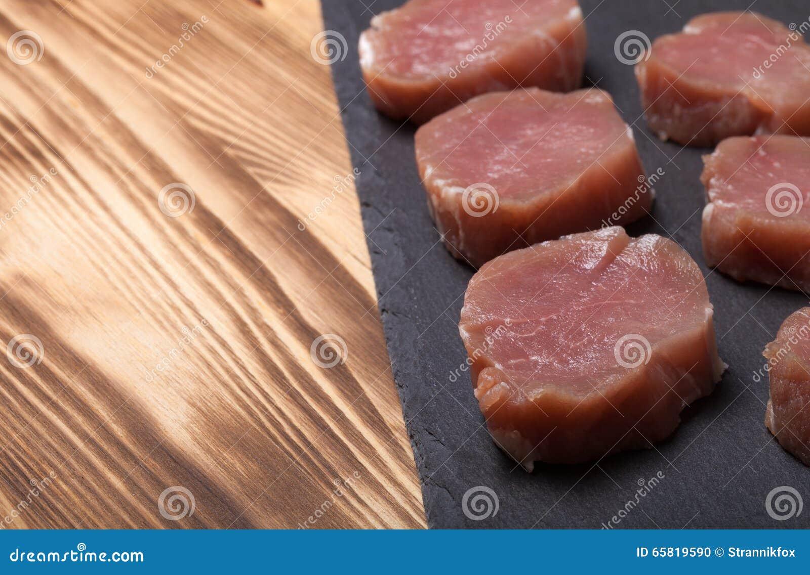 Piatti Cucina In Ardesia : Vari sushi e rotoli sul piatto dell ardesia e sulla tavola di